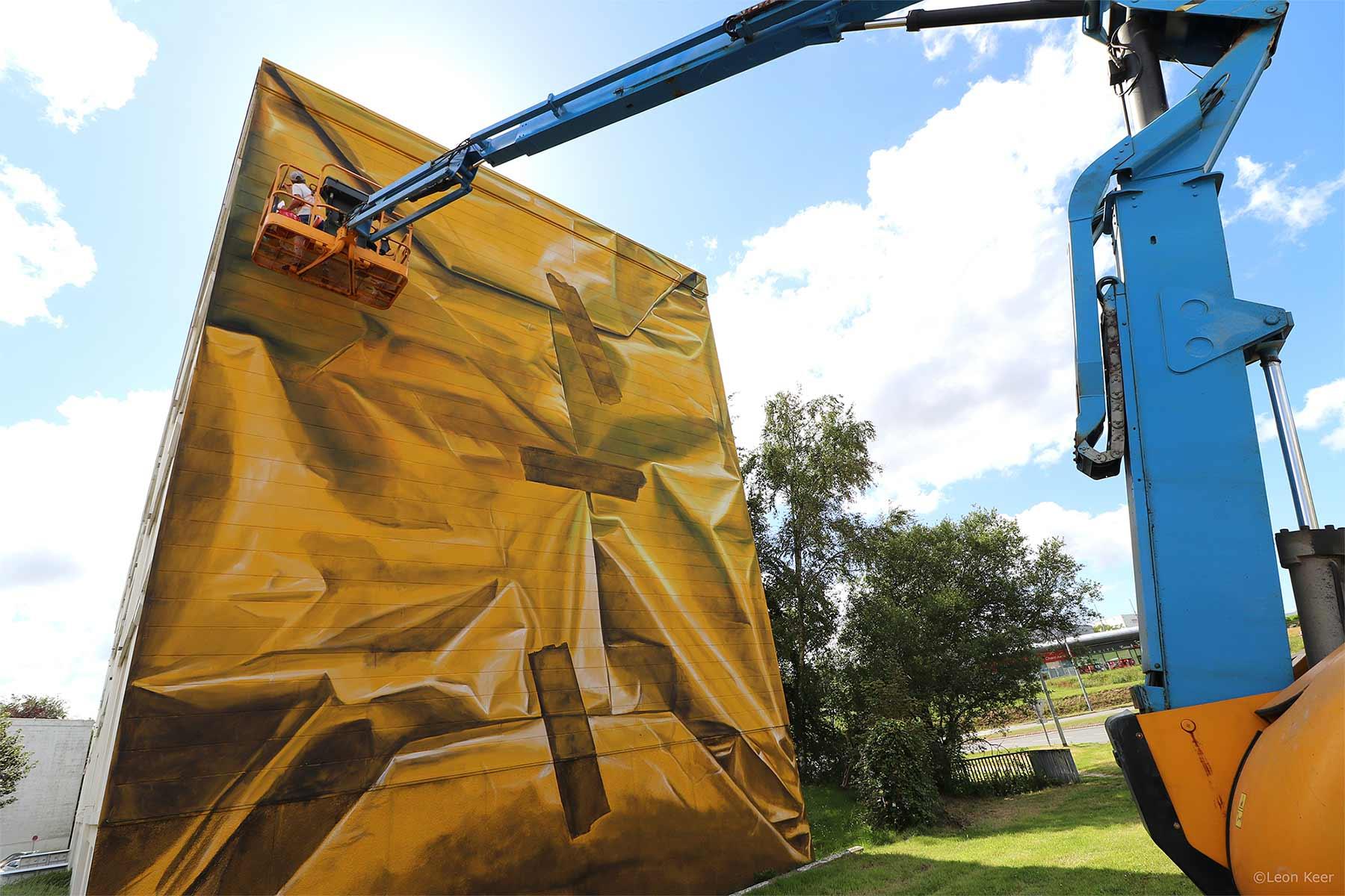 Street Artist Leon Keer packt ein Haus als Geschenk ein Leon-Keer-safe-house-geschenk-mural_05