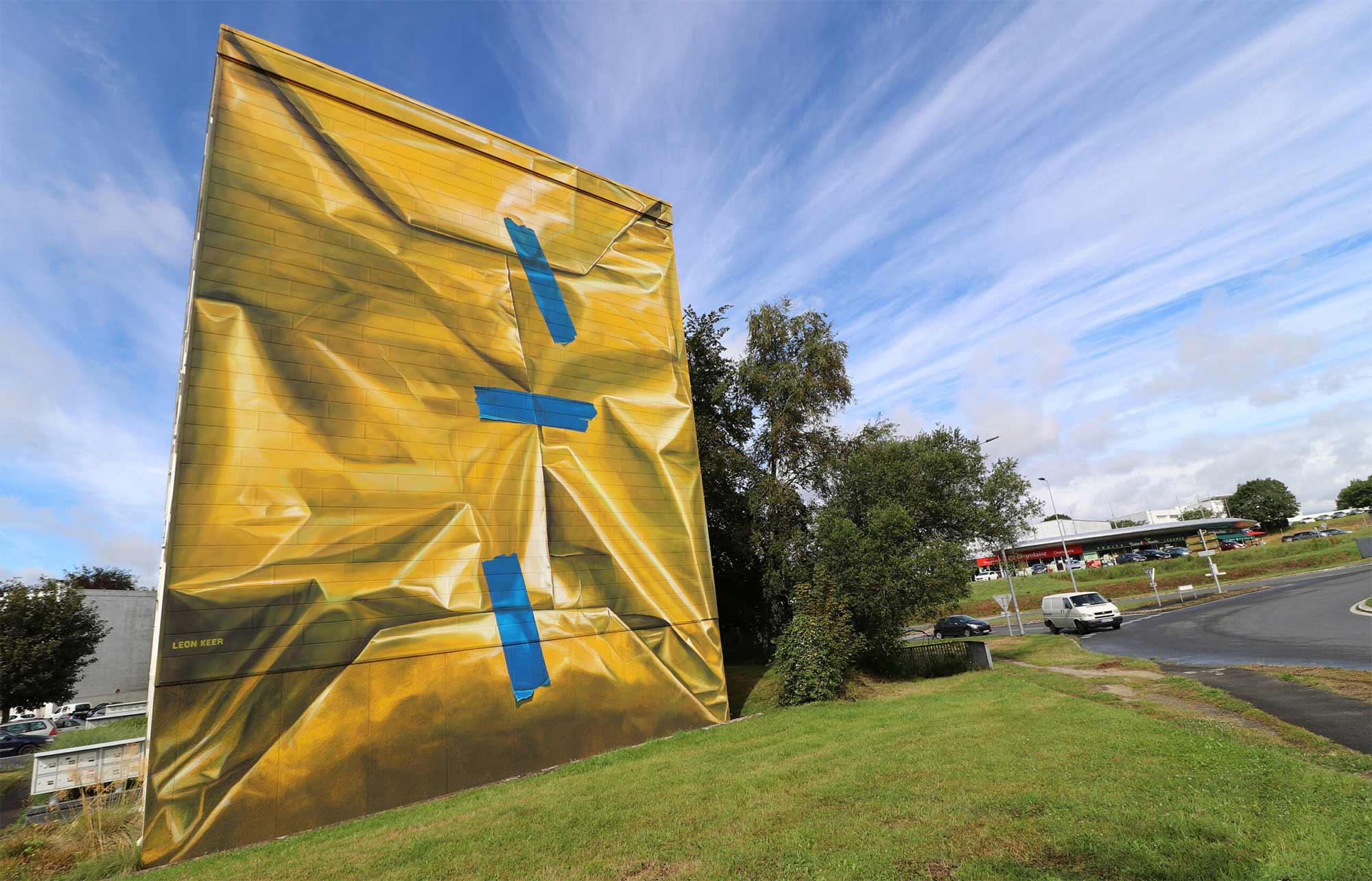 Street Artist Leon Keer packt ein Haus als Geschenk ein Leon-Keer-safe-house-geschenk-mural_06