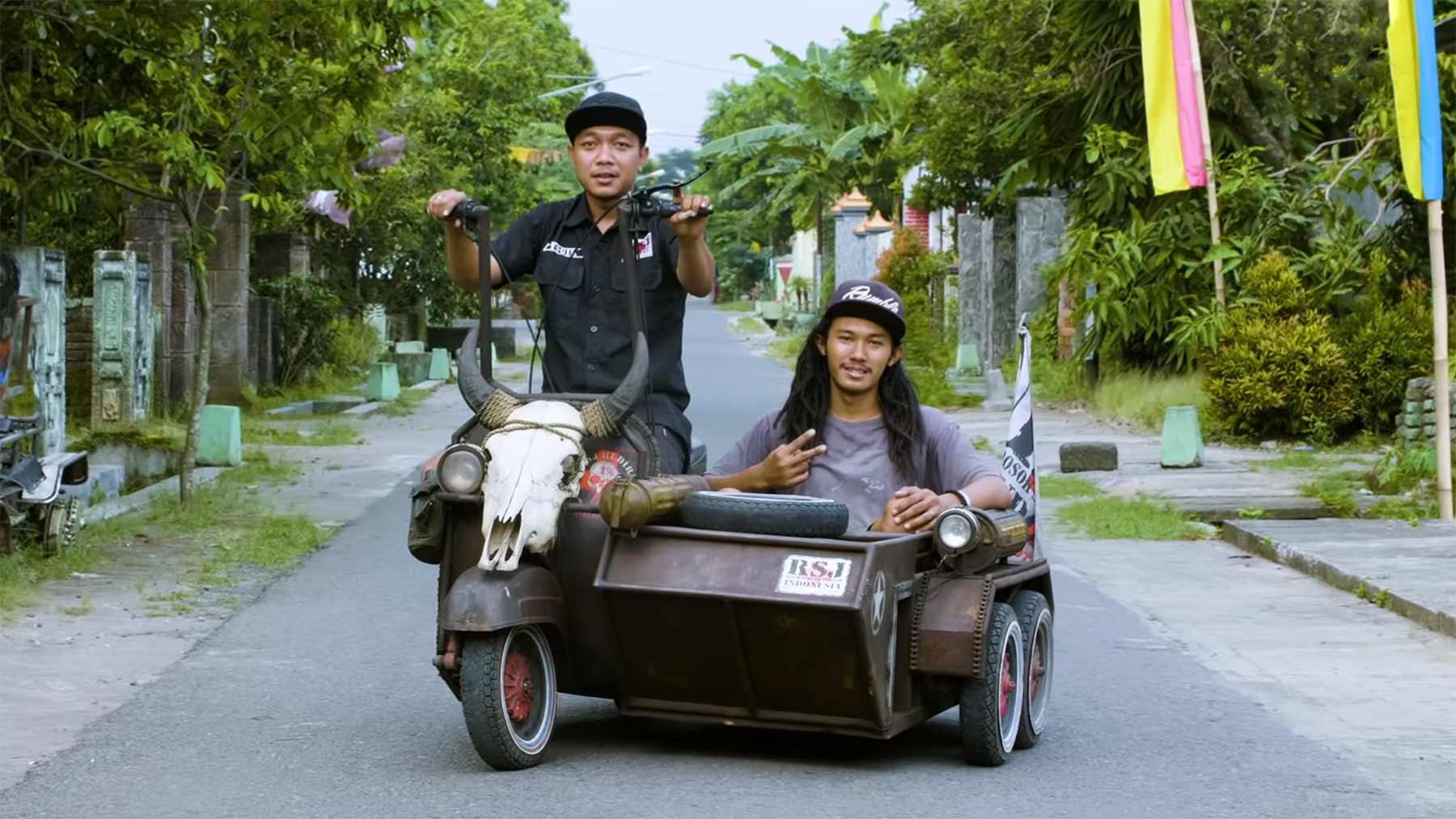 Indonesier fahren auf aufgepimpte Vespas ab