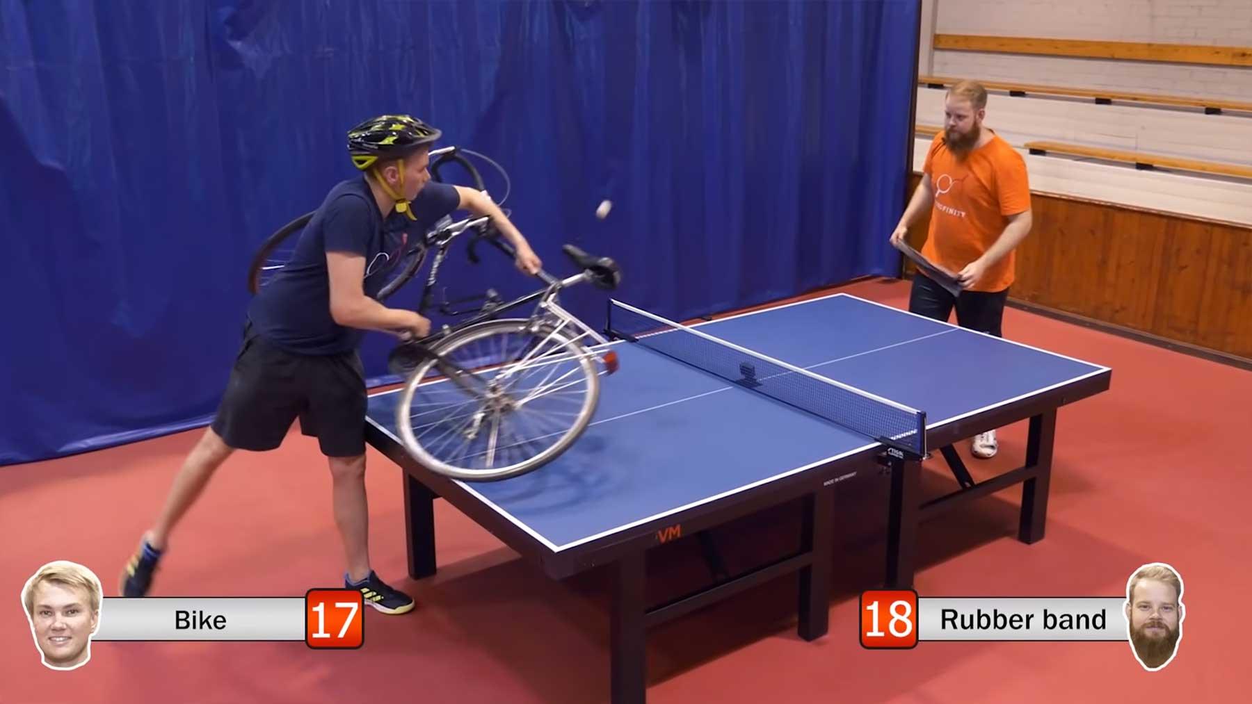 Tischtennis mit einem Fahrrad als Schläger spielen