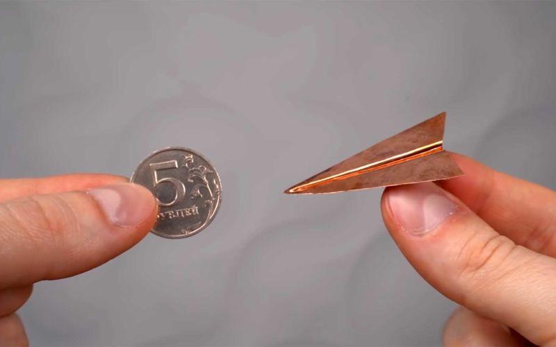 """Einen """"Papierflieger"""" aus einer Münze schmieden"""