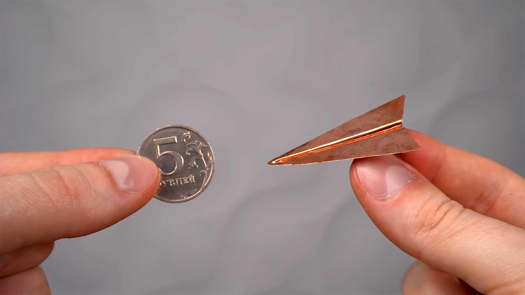 """Einen """"Papierflieger"""" aus einer Münze schmieden papierflieger-aus-muenze-gefertigt"""