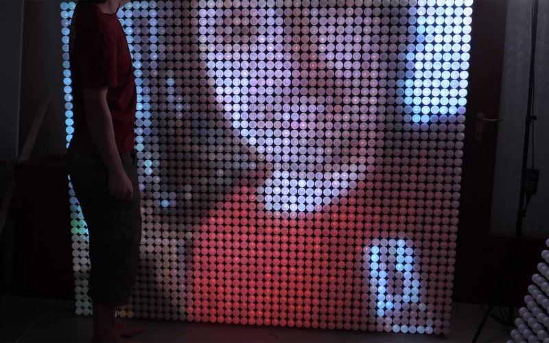 LED-Wand aus 1.920 beleuchteten Tischtennisbällen