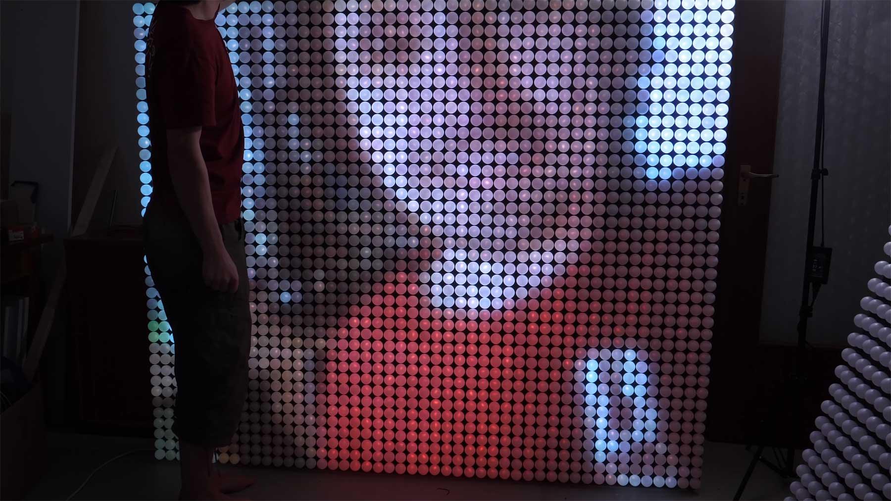 LED-Wand aus 1.920 beleuchteten Tischtennisbällen ping-pong-led-wall