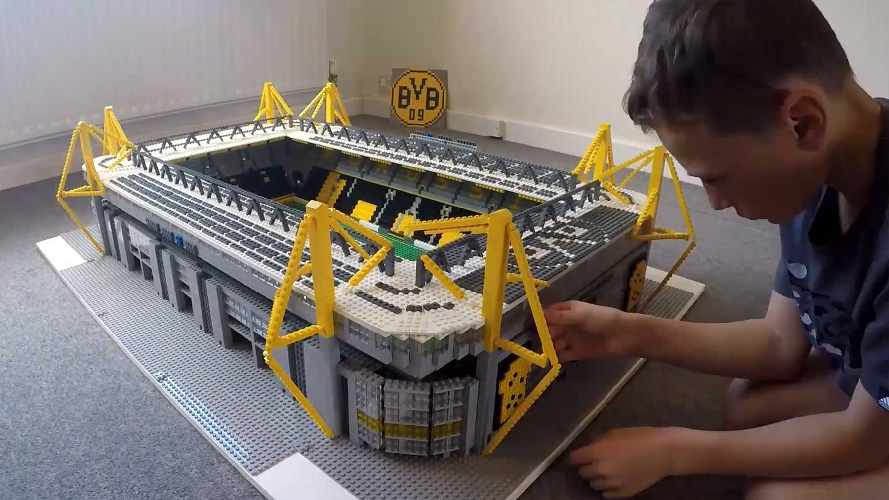Junge baut Westfalenstadion des BVB aus LEGO nach