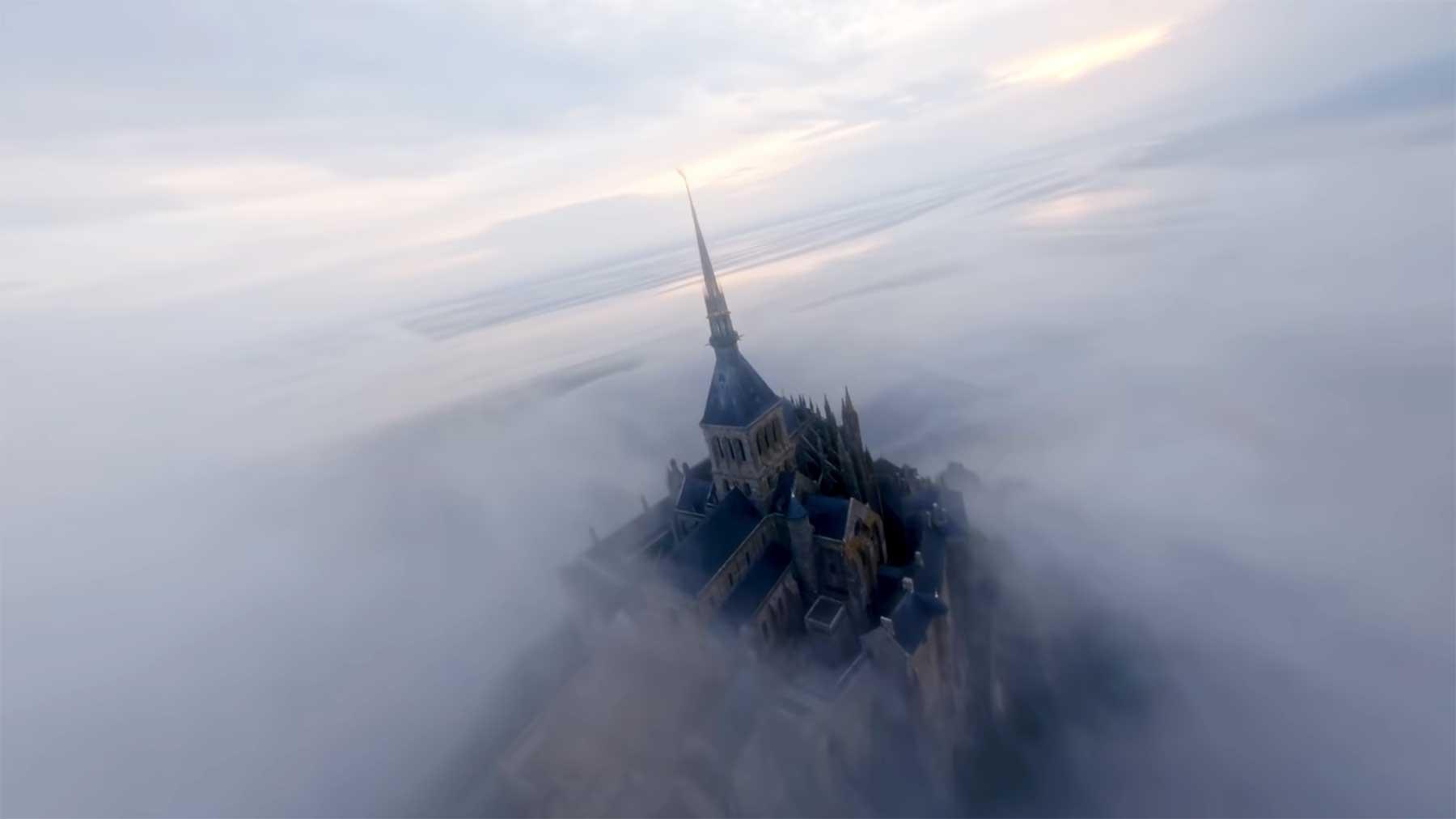 Mit der Kameradrohne durch eine Burganlage fliegen