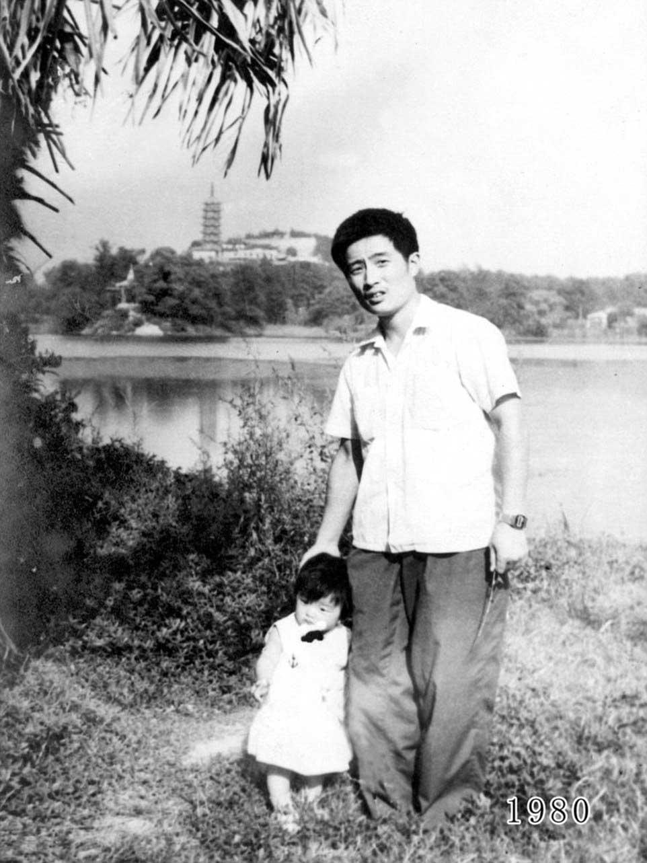 Vater und Tochter machen seit 1980 jährlich ein Foto am gleichen Ort Vater-Tochter-40-Jahre-portraits-gleicher-ort_Hua-Yunqing_01