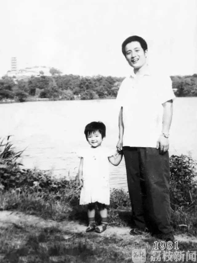 Vater und Tochter machen seit 1980 jährlich ein Foto am gleichen Ort Vater-Tochter-40-Jahre-portraits-gleicher-ort_Hua-Yunqing_02