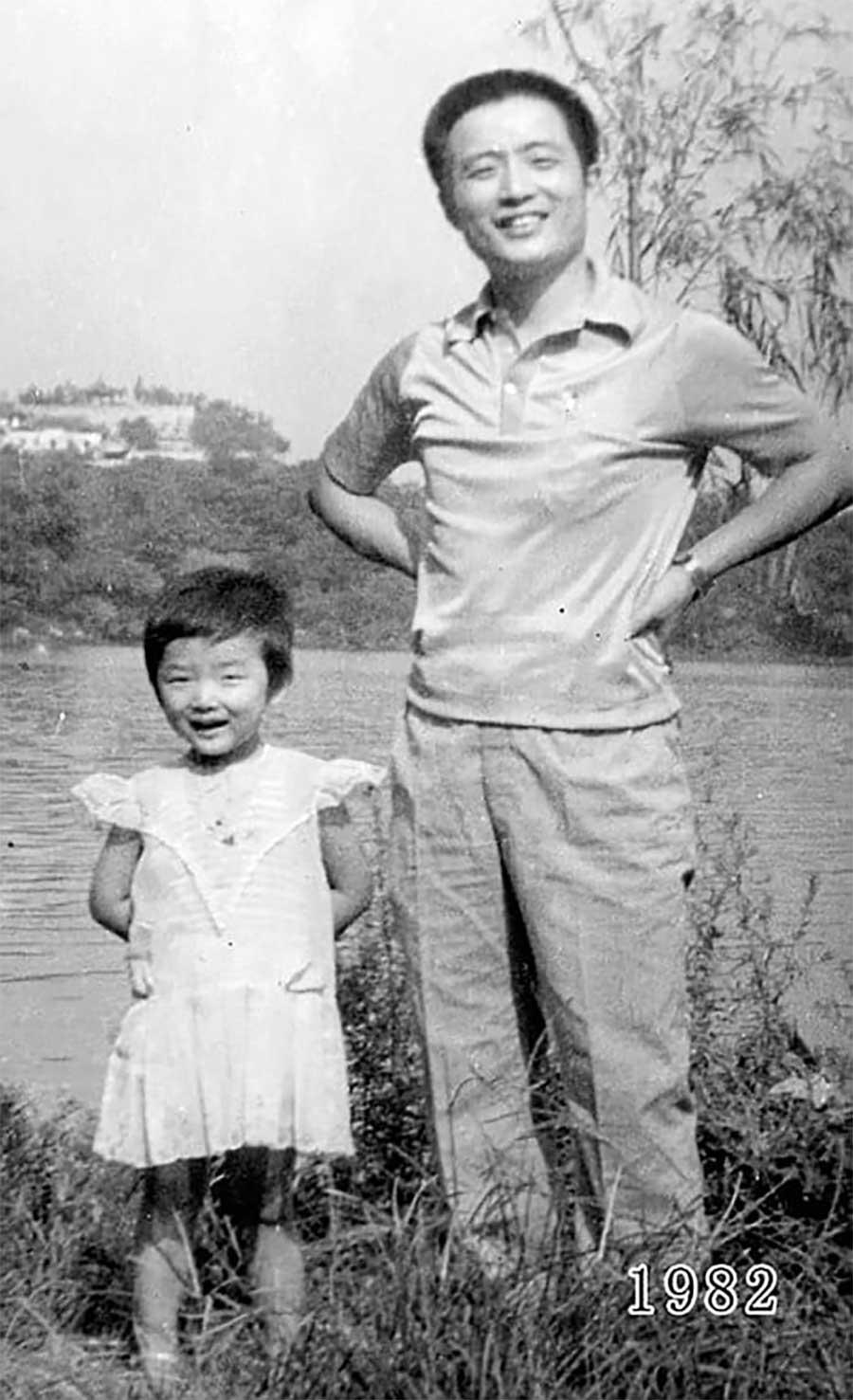 Vater und Tochter machen seit 1980 jährlich ein Foto am gleichen Ort Vater-Tochter-40-Jahre-portraits-gleicher-ort_Hua-Yunqing_03