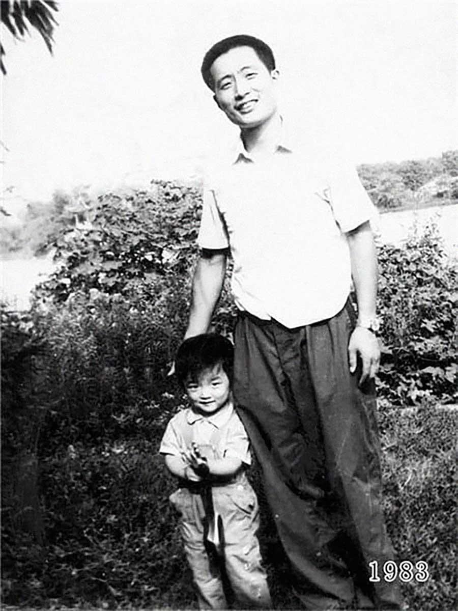Vater und Tochter machen seit 1980 jährlich ein Foto am gleichen Ort Vater-Tochter-40-Jahre-portraits-gleicher-ort_Hua-Yunqing_04