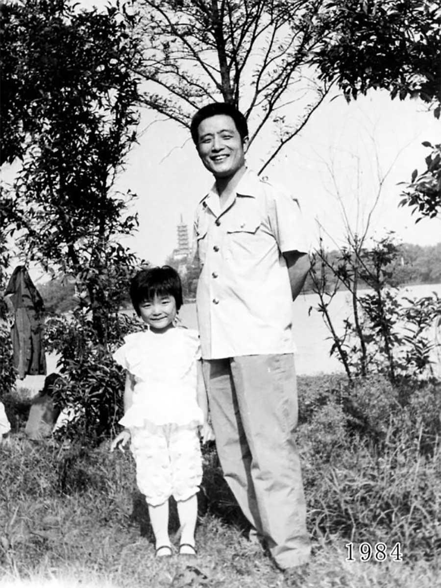 Vater und Tochter machen seit 1980 jährlich ein Foto am gleichen Ort Vater-Tochter-40-Jahre-portraits-gleicher-ort_Hua-Yunqing_05