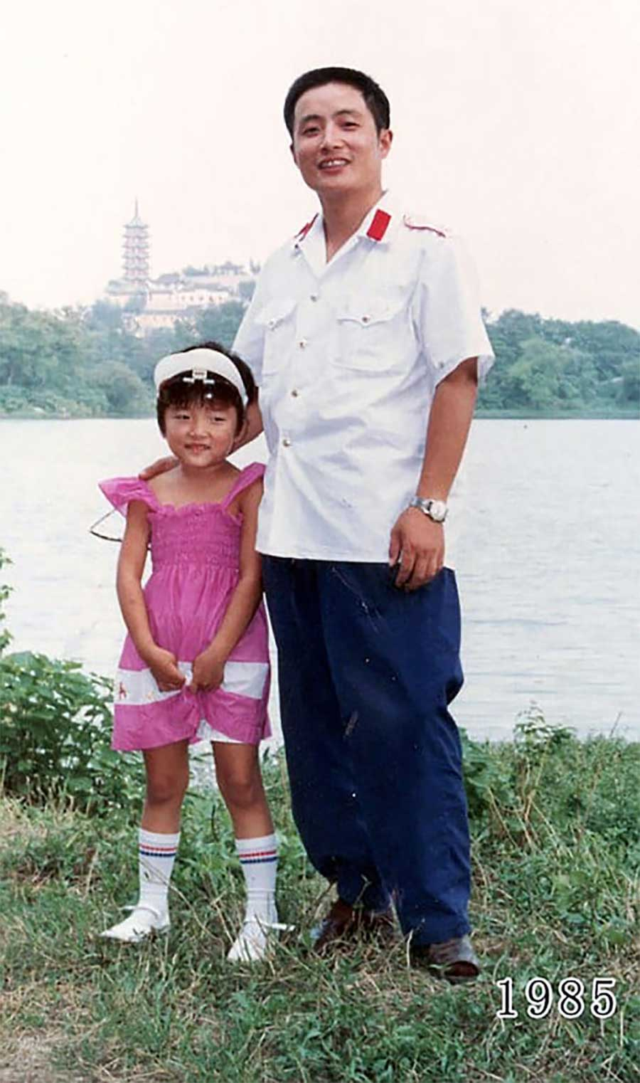 Vater und Tochter machen seit 1980 jährlich ein Foto am gleichen Ort Vater-Tochter-40-Jahre-portraits-gleicher-ort_Hua-Yunqing_06