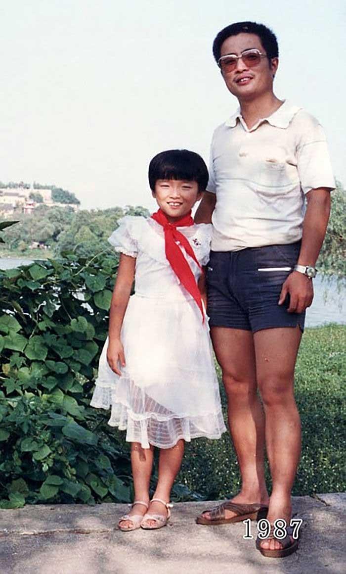 Vater und Tochter machen seit 1980 jährlich ein Foto am gleichen Ort Vater-Tochter-40-Jahre-portraits-gleicher-ort_Hua-Yunqing_08