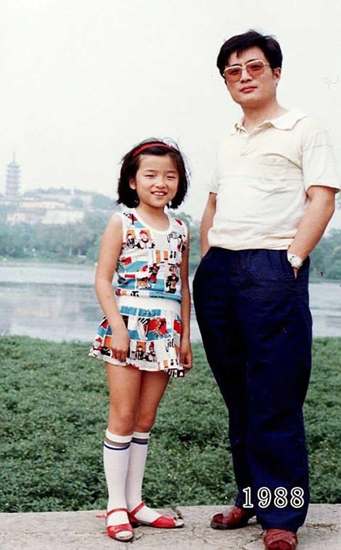 Vater und Tochter machen seit 1980 jährlich ein Foto am gleichen Ort Vater-Tochter-40-Jahre-portraits-gleicher-ort_Hua-Yunqing_09