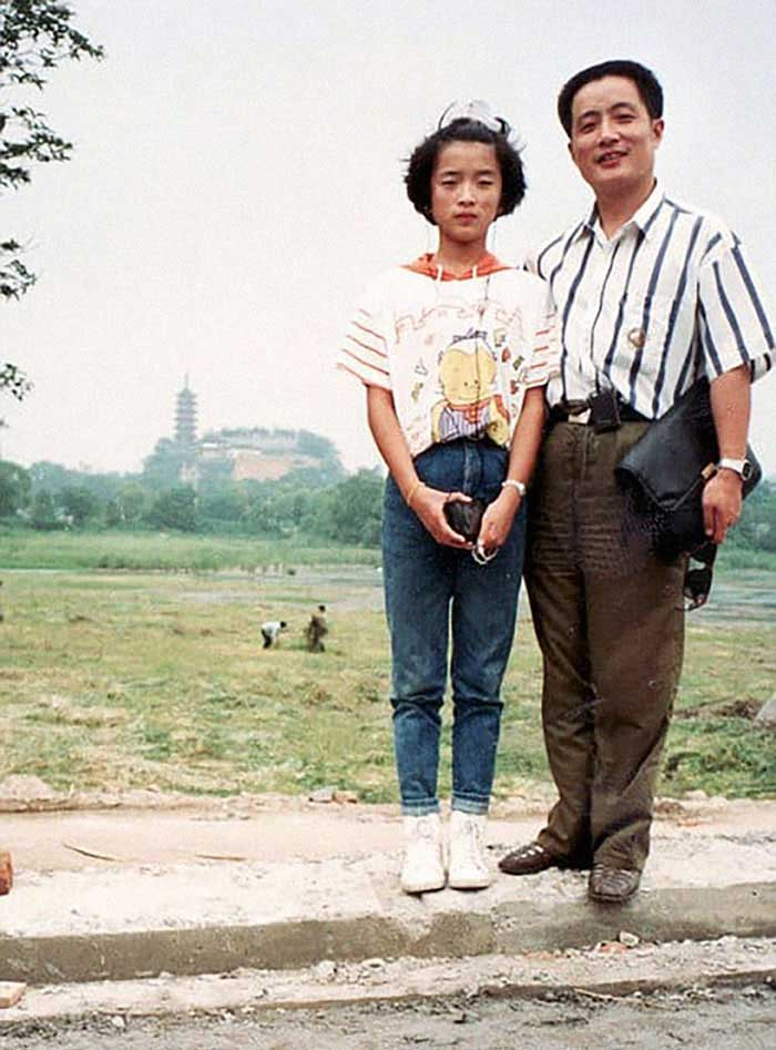 Vater und Tochter machen seit 1980 jährlich ein Foto am gleichen Ort Vater-Tochter-40-Jahre-portraits-gleicher-ort_Hua-Yunqing_13