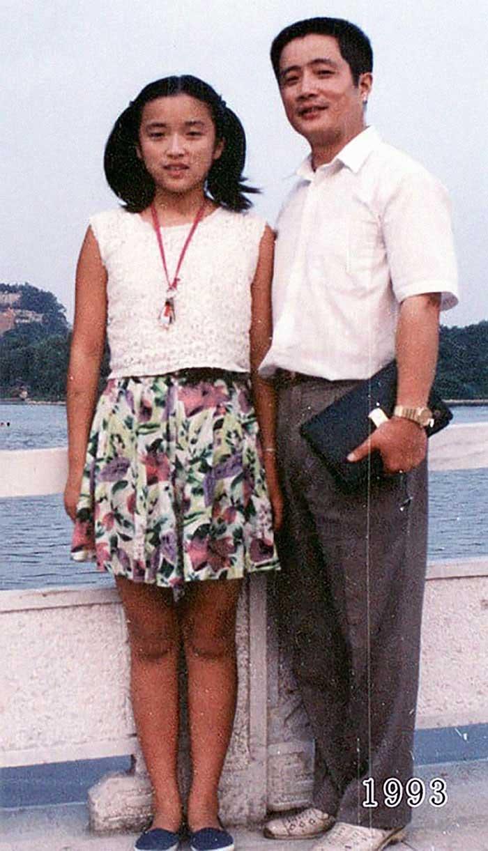 Vater und Tochter machen seit 1980 jährlich ein Foto am gleichen Ort Vater-Tochter-40-Jahre-portraits-gleicher-ort_Hua-Yunqing_14