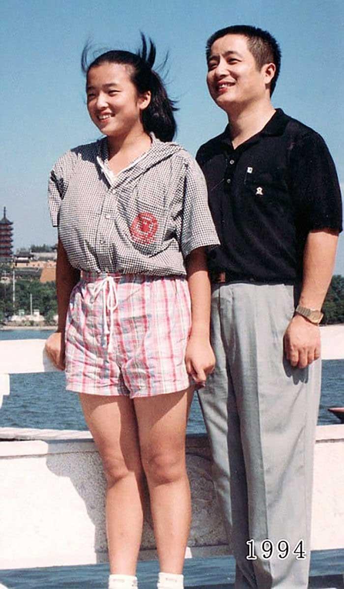 Vater und Tochter machen seit 1980 jährlich ein Foto am gleichen Ort Vater-Tochter-40-Jahre-portraits-gleicher-ort_Hua-Yunqing_15