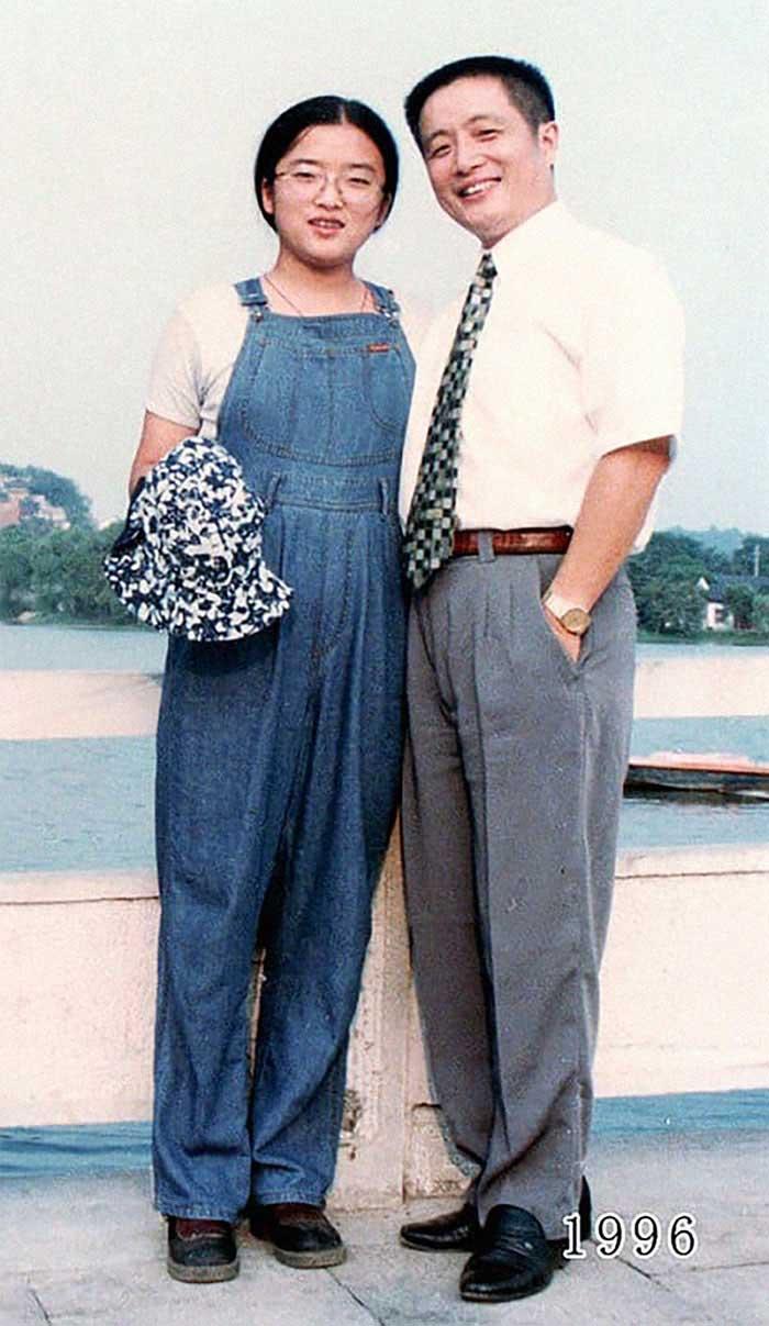 Vater und Tochter machen seit 1980 jährlich ein Foto am gleichen Ort Vater-Tochter-40-Jahre-portraits-gleicher-ort_Hua-Yunqing_17