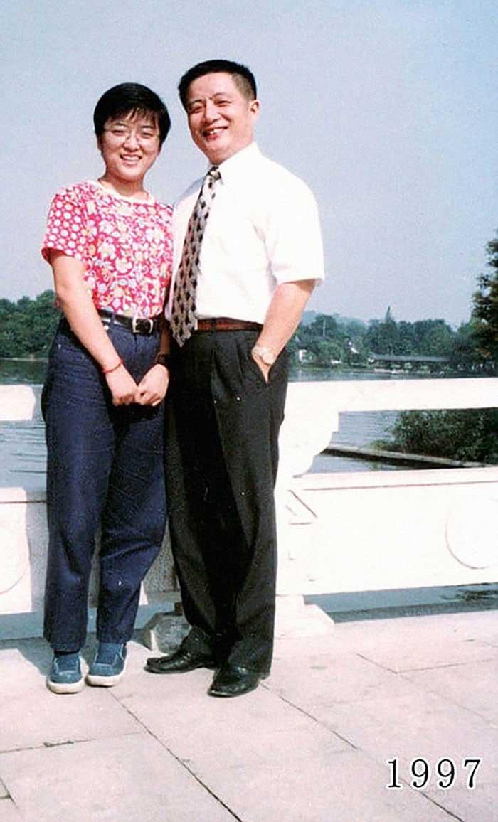 Vater und Tochter machen seit 1980 jährlich ein Foto am gleichen Ort Vater-Tochter-40-Jahre-portraits-gleicher-ort_Hua-Yunqing_18