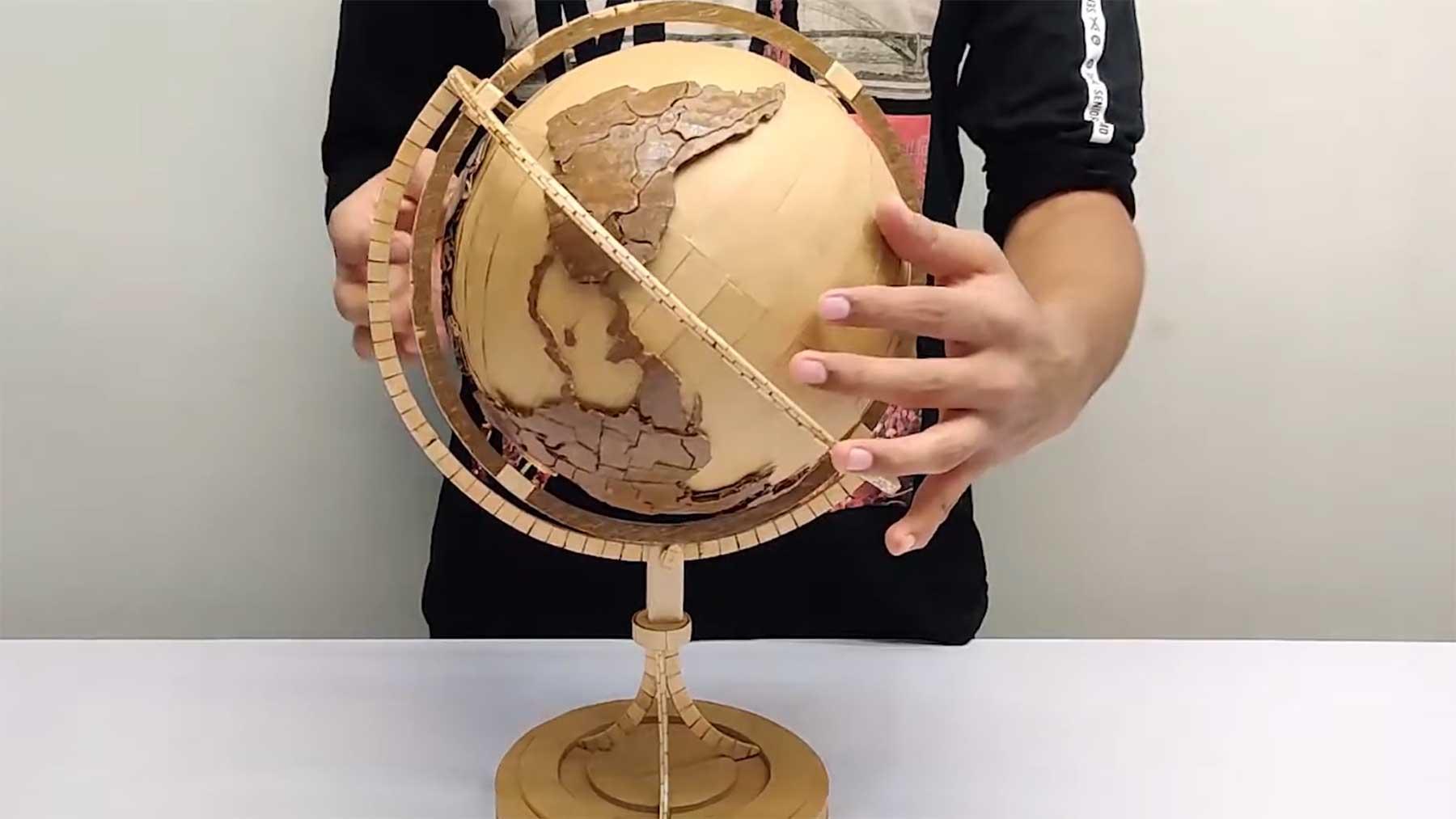 Einen Globus aus Pappe und Holzstielen basteln