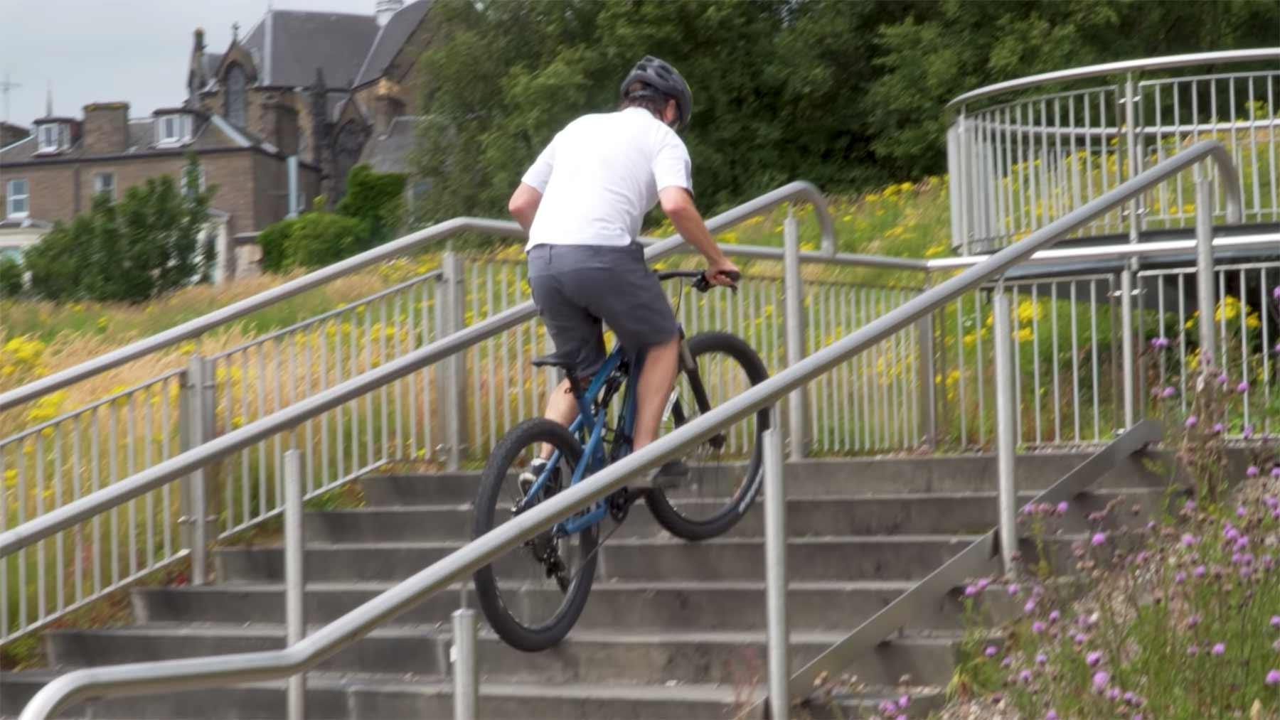 Mike Boyd lernt, Treppen mit Fahrrad hochzufahren