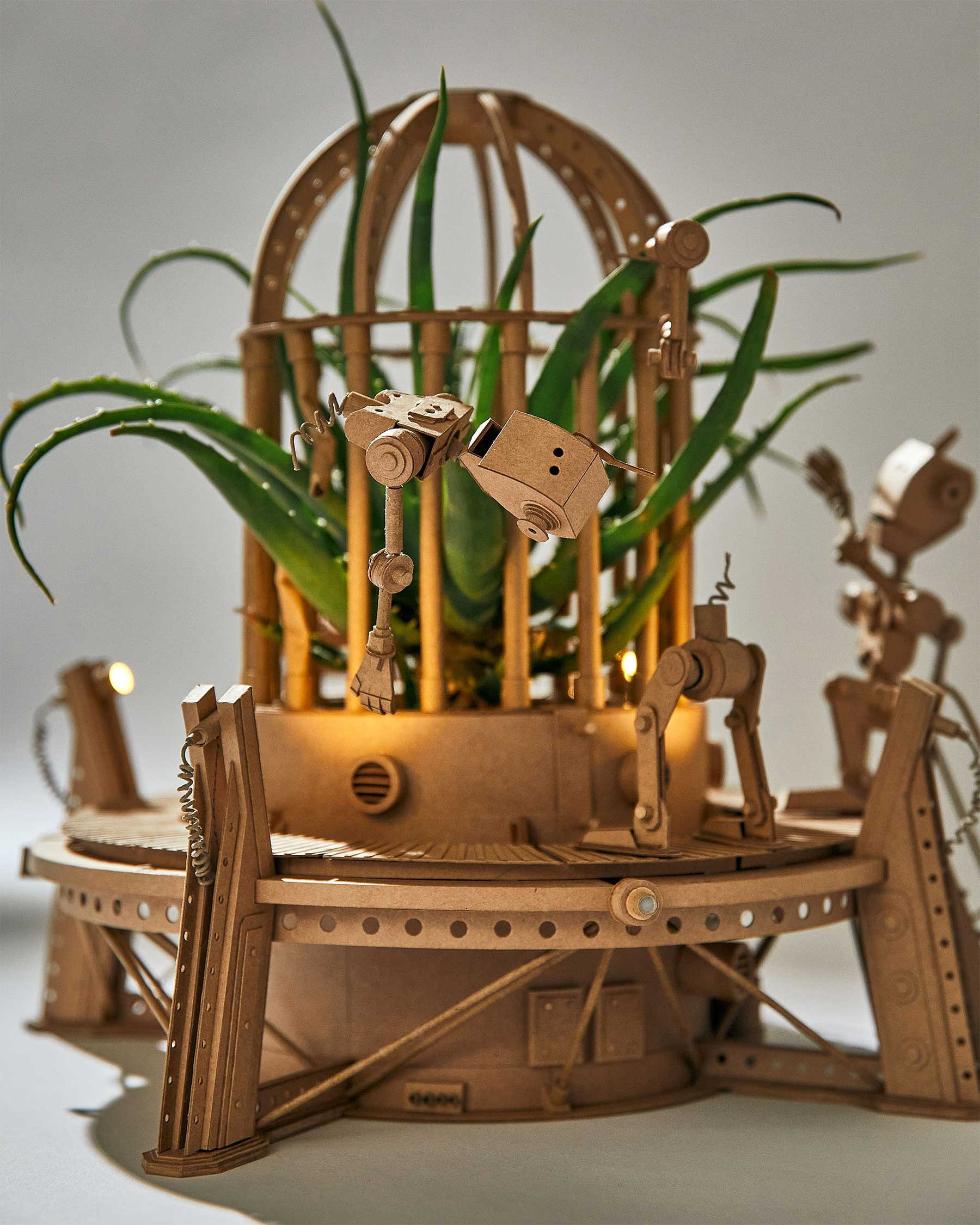 Neue Papp-Roboter von Greg Olijnyk