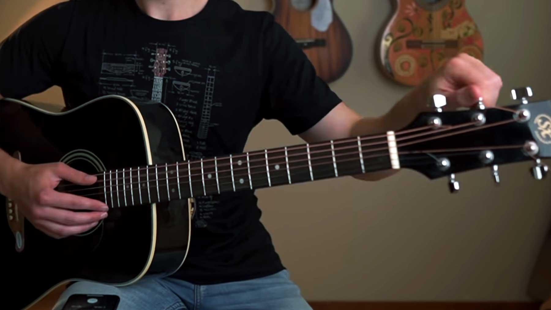 Klavier-Saiten auf eine Gitarre gespannt