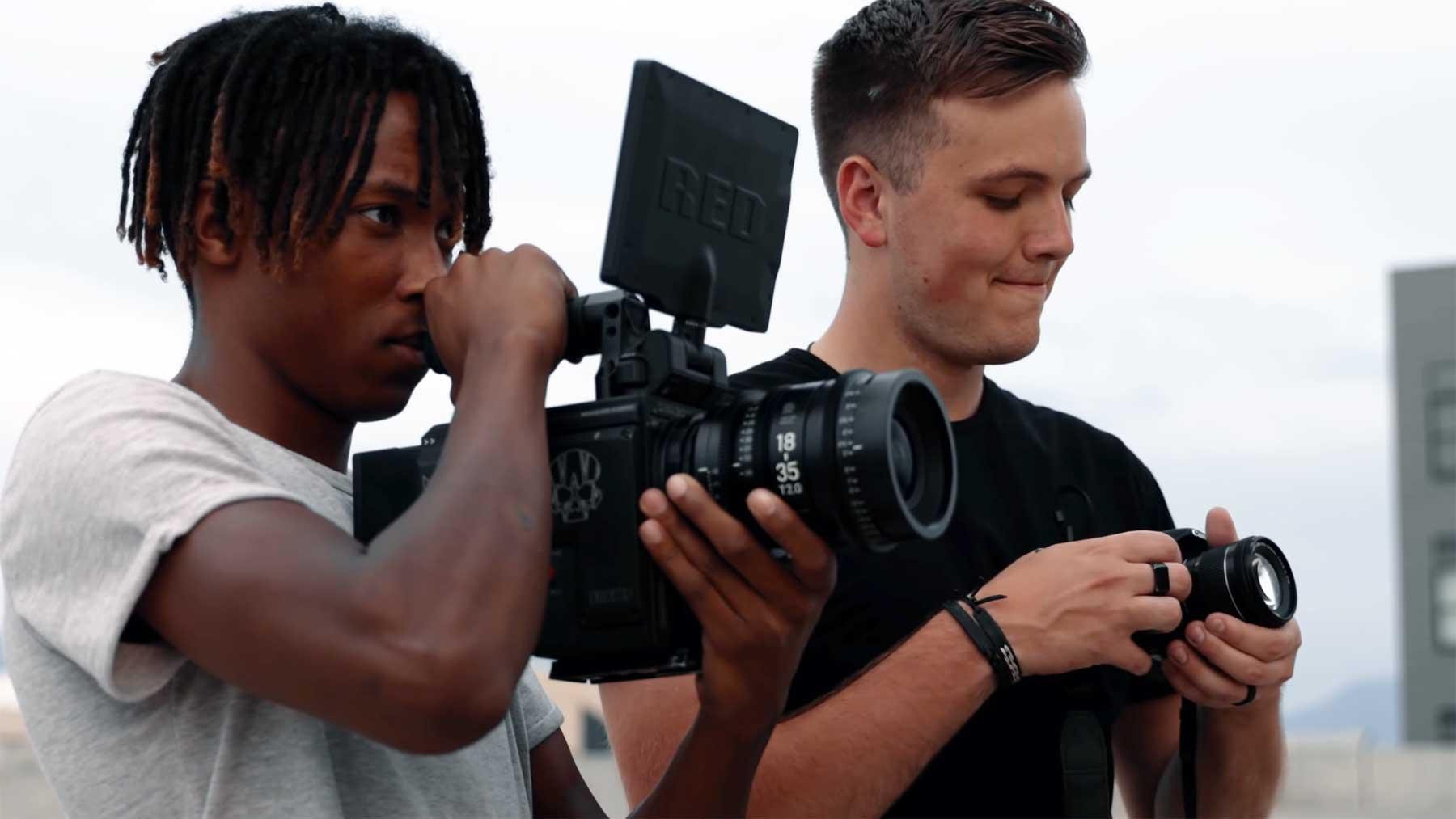 Anfänger mit $30,000-RED vs Profi mit $600-DSLR-Kamera