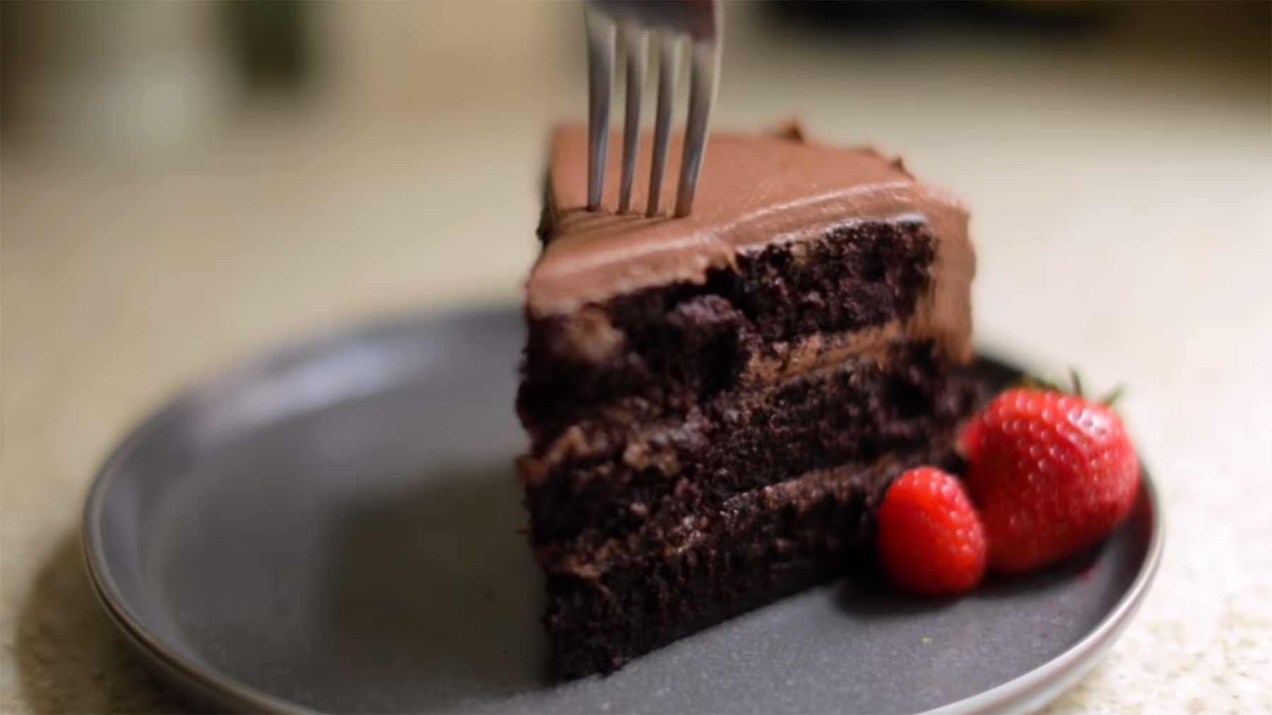 Schokoladenkuchen mit 20, 10 und 2 Zutaten machen schokokuchen-zutatenvergleich