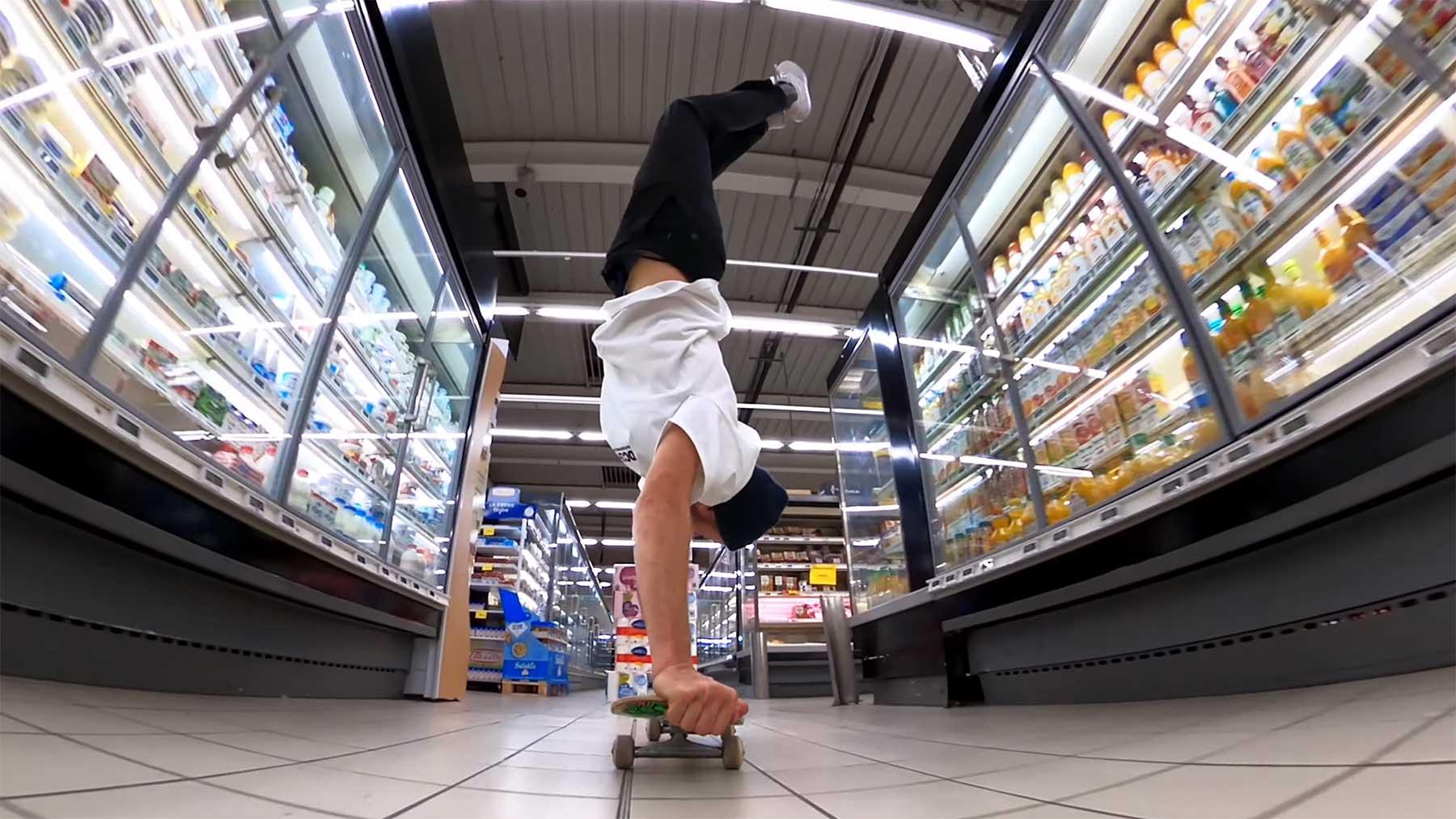 Eine Runde mit dem Skateboard durch den Supermarkt fahren