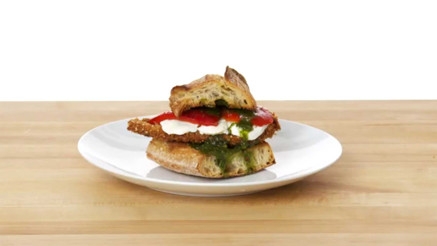 Köche unterschiedlicher Fähigkeitsstufen bereiten Chicken Sandwiches zu