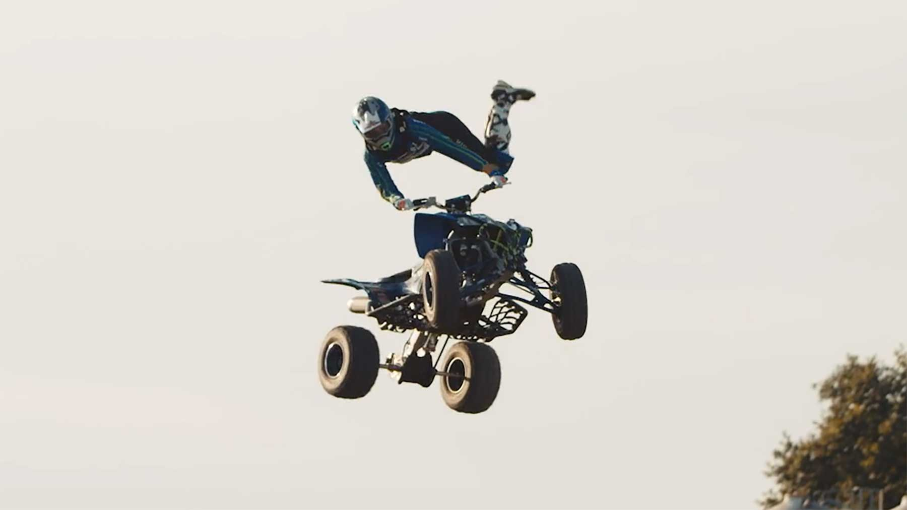 David Tharan macht Freestyle-Tricks auf dem Quad-Bike