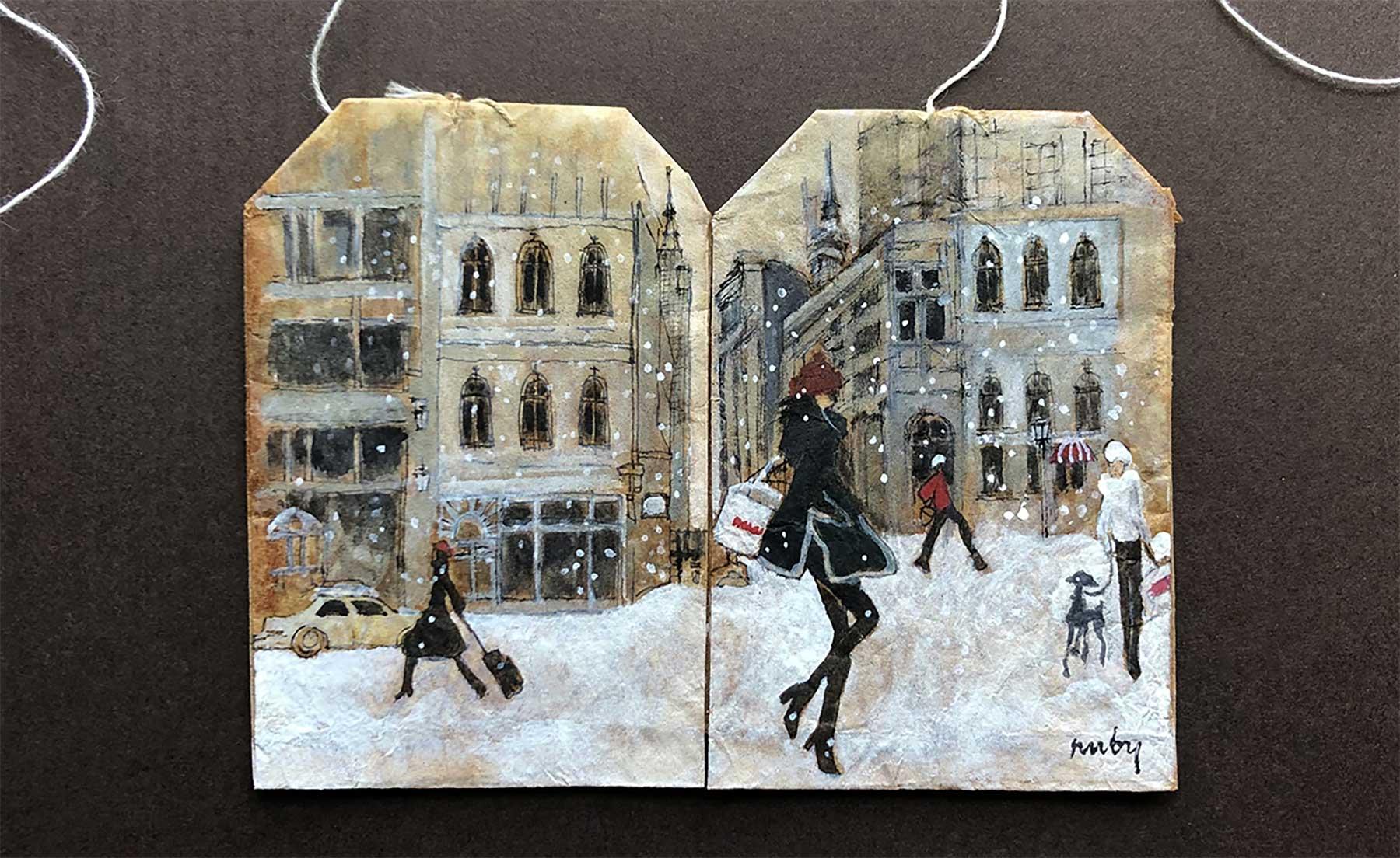 Auf Teebeuteln gemalt: Neue Kunstwerke von Ruby Silvious