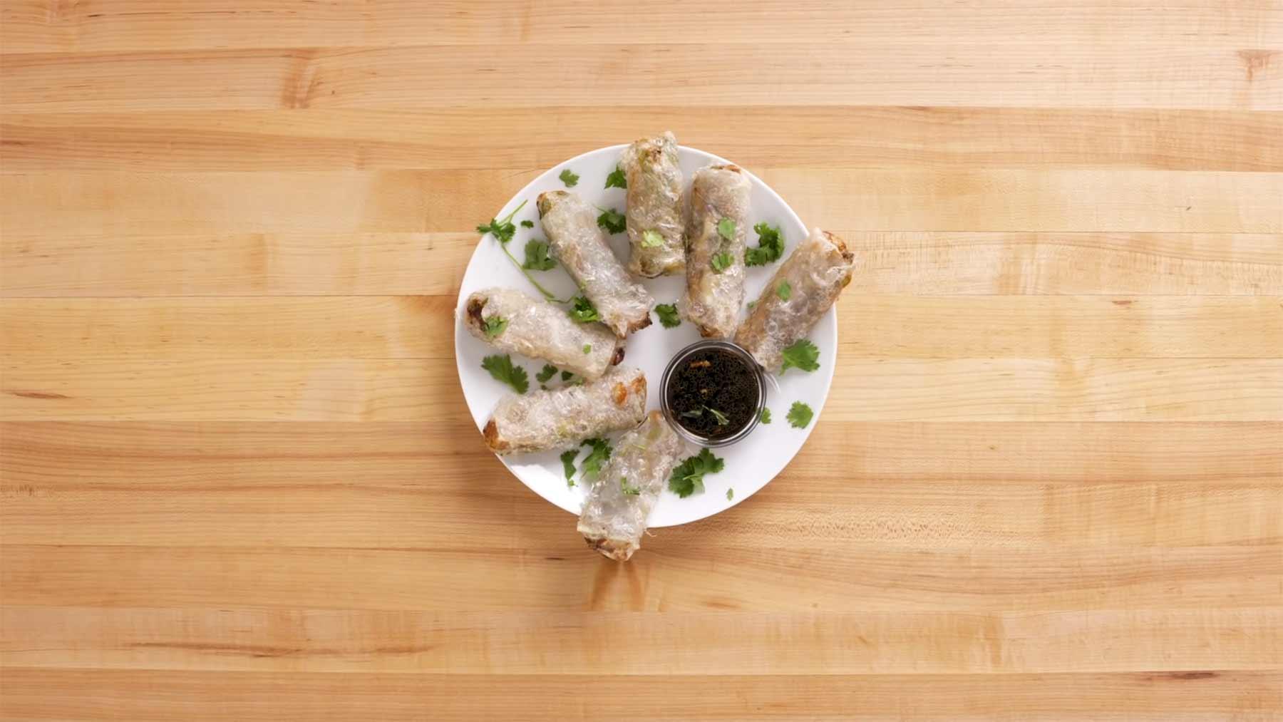 Köche unterschiedlicher Fähigkeitsstufen machen Frühlingsrollen fruehlingsrollen-kochen