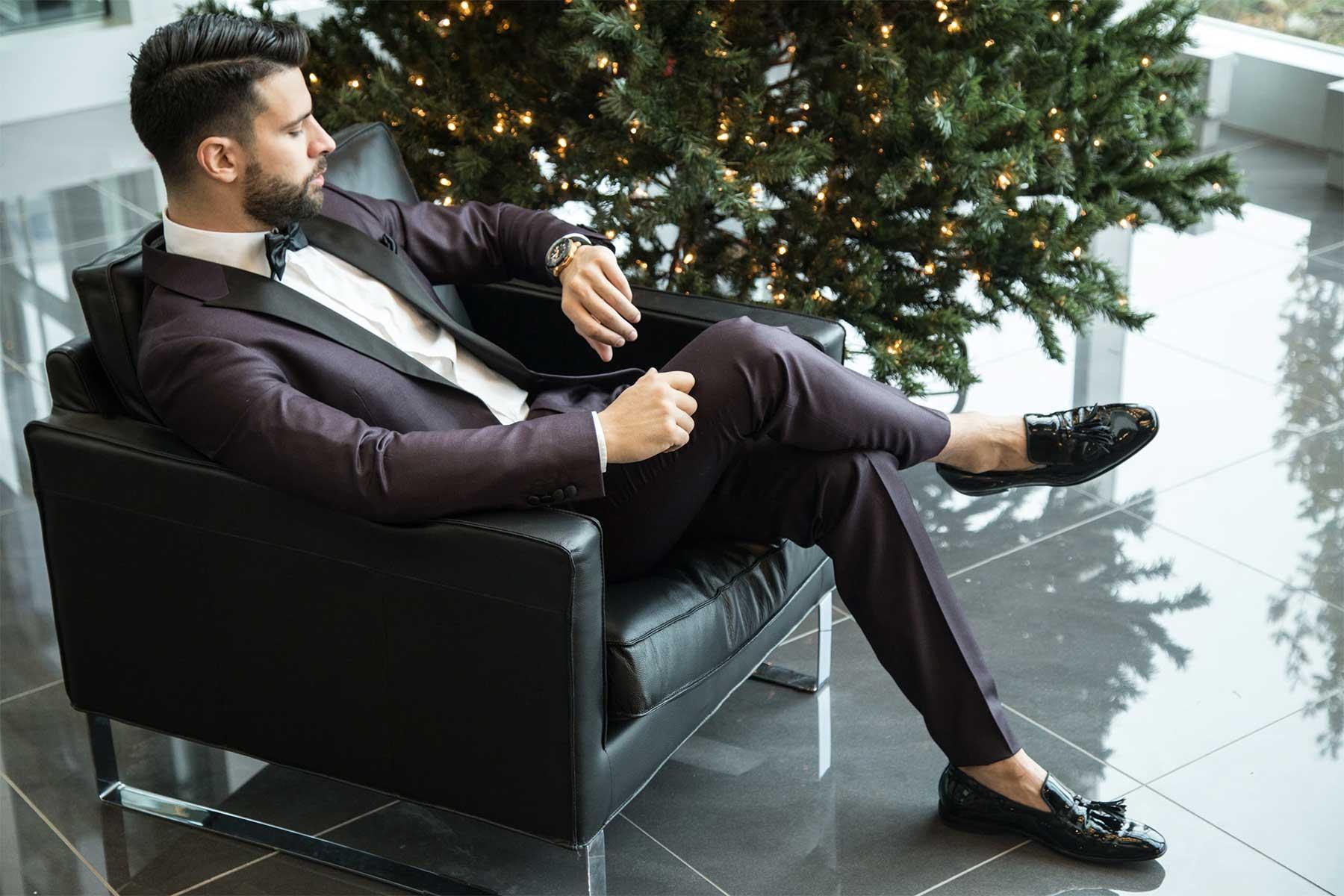 Männerhemden, die Mann am Weihnachtsabend trägt