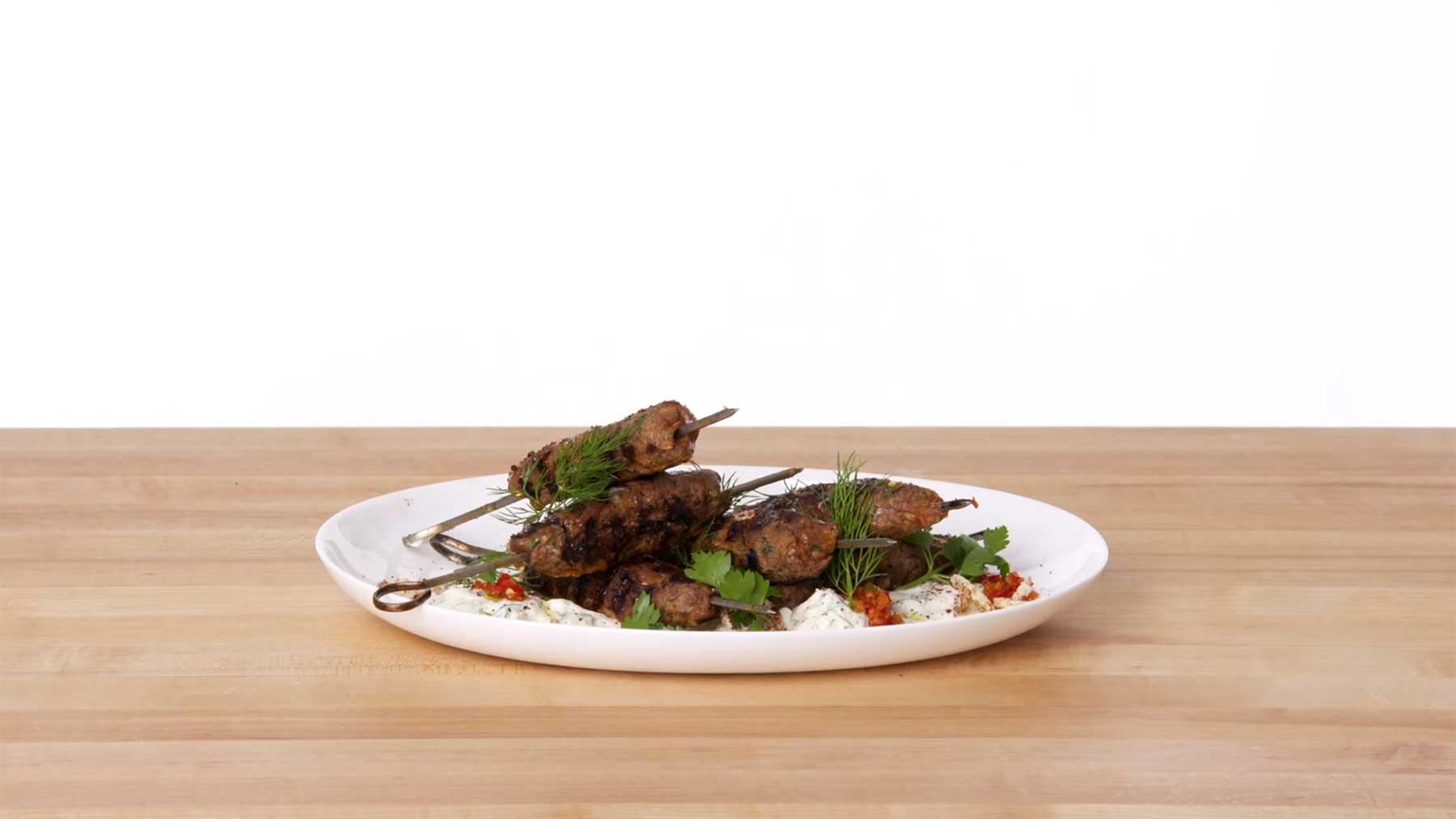 Köche unterschiedlicher Fähigkeiten machen Kebabs