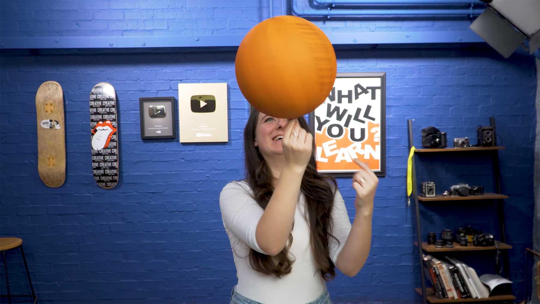 Kim Boyd lernt das Drehen eines Basketballs