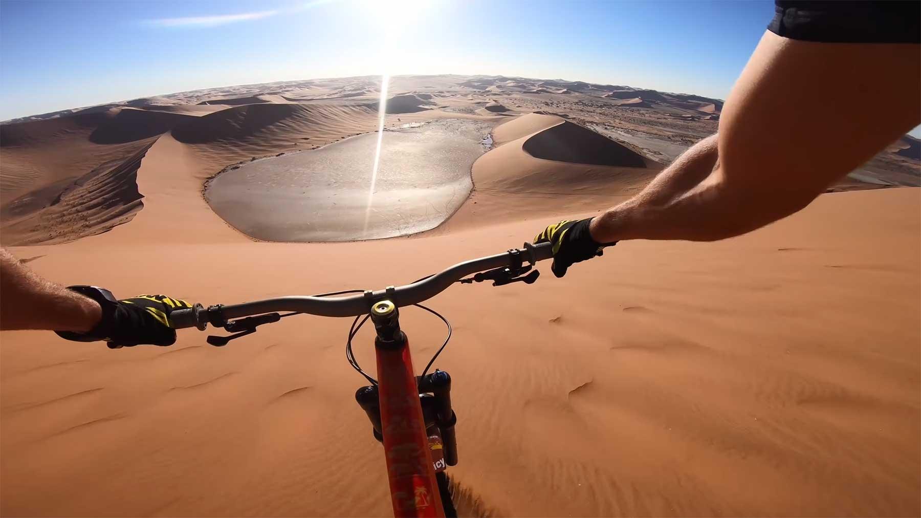 POV-Fahrt: Mit dem Fahrrad die Sanddüne runter fahren
