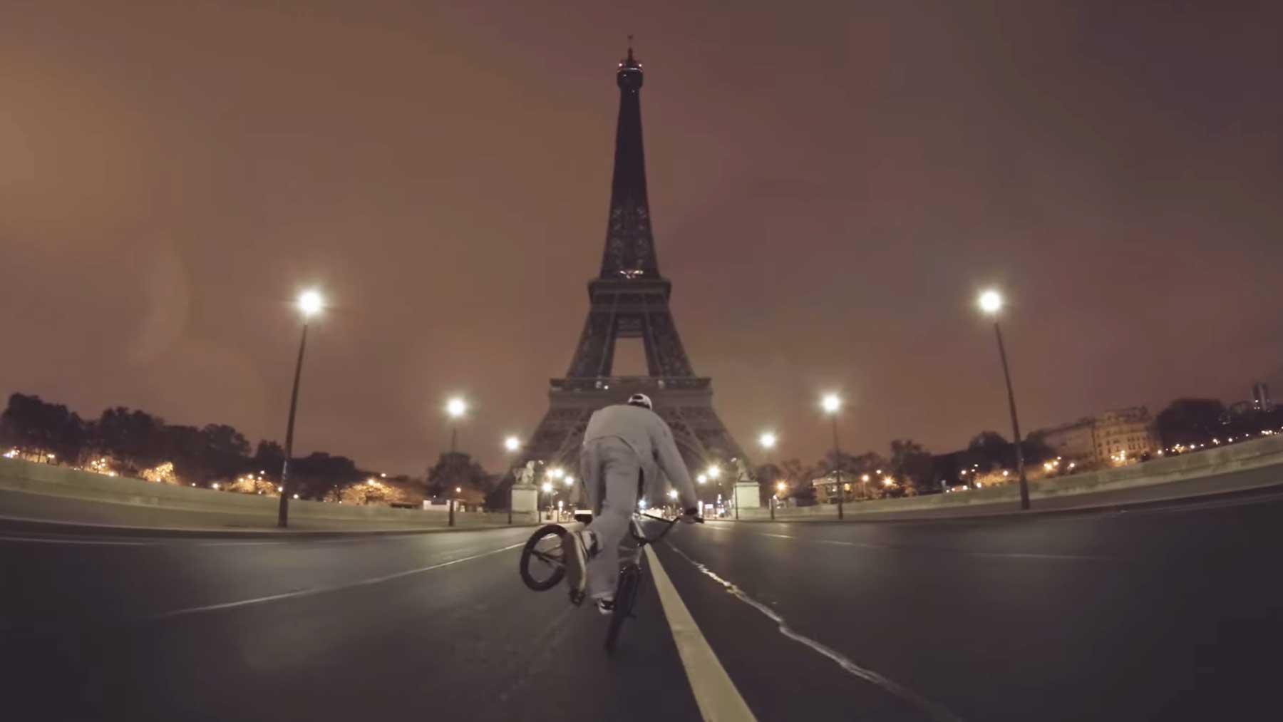 Nachts durch das menschenleere Paris radeln