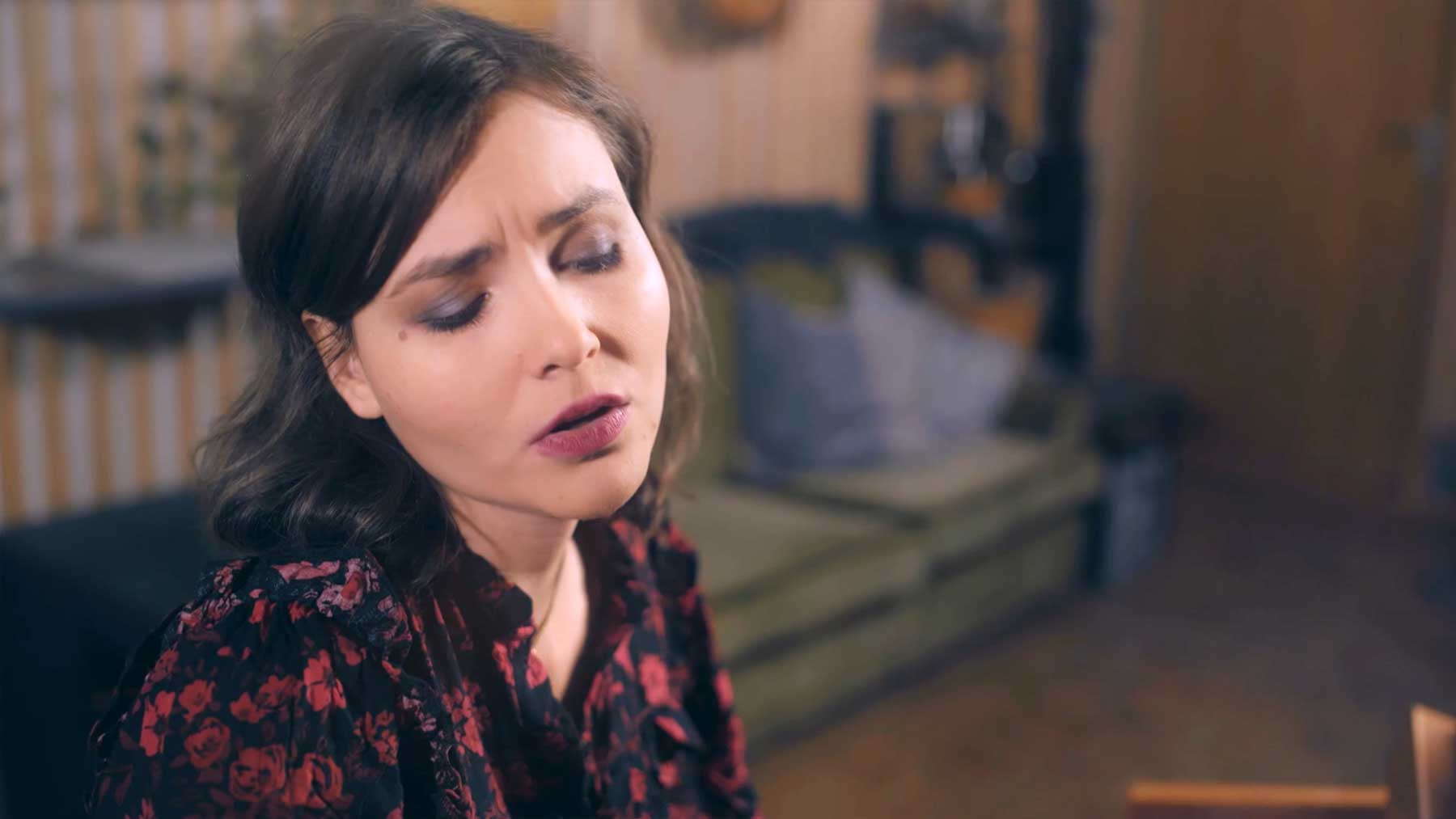 "Musikvideo: Emma Longard – ""Into Dark Waters"""