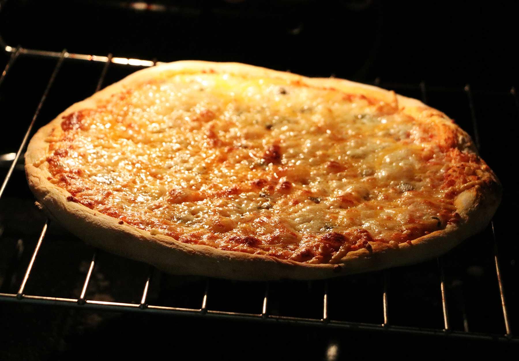 """""""Vier Käse für ein Halleluja."""" - Bud Spencer & Terence Hill Pizza von Gustavo Gusto im Test Gustavo-Gusto-4-Kaese-fuer-ein-Halleluja-Pizza-Test_04"""