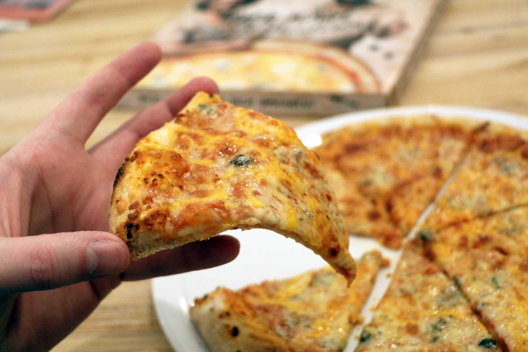 """""""Vier Käse für ein Halleluja."""" - Bud Spencer & Terence Hill Pizza von Gustavo Gusto im Test Gustavo-Gusto-4-Kaese-fuer-ein-Halleluja-Pizza-Test_07"""