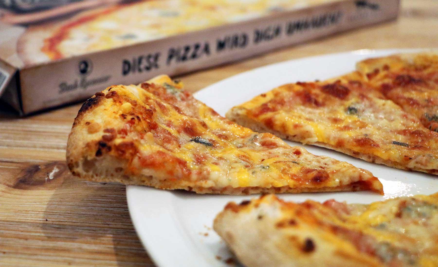 """""""Vier Käse für ein Halleluja."""" - Bud Spencer & Terence Hill Pizza von Gustavo Gusto im Test Gustavo-Gusto-4-Kaese-fuer-ein-Halleluja-Pizza-Test_11"""