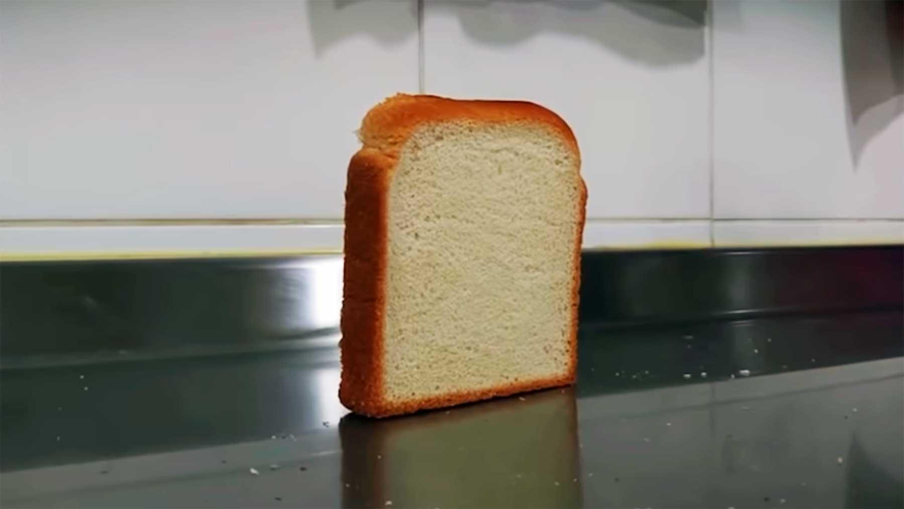 Eine umfallende Brotscheibe