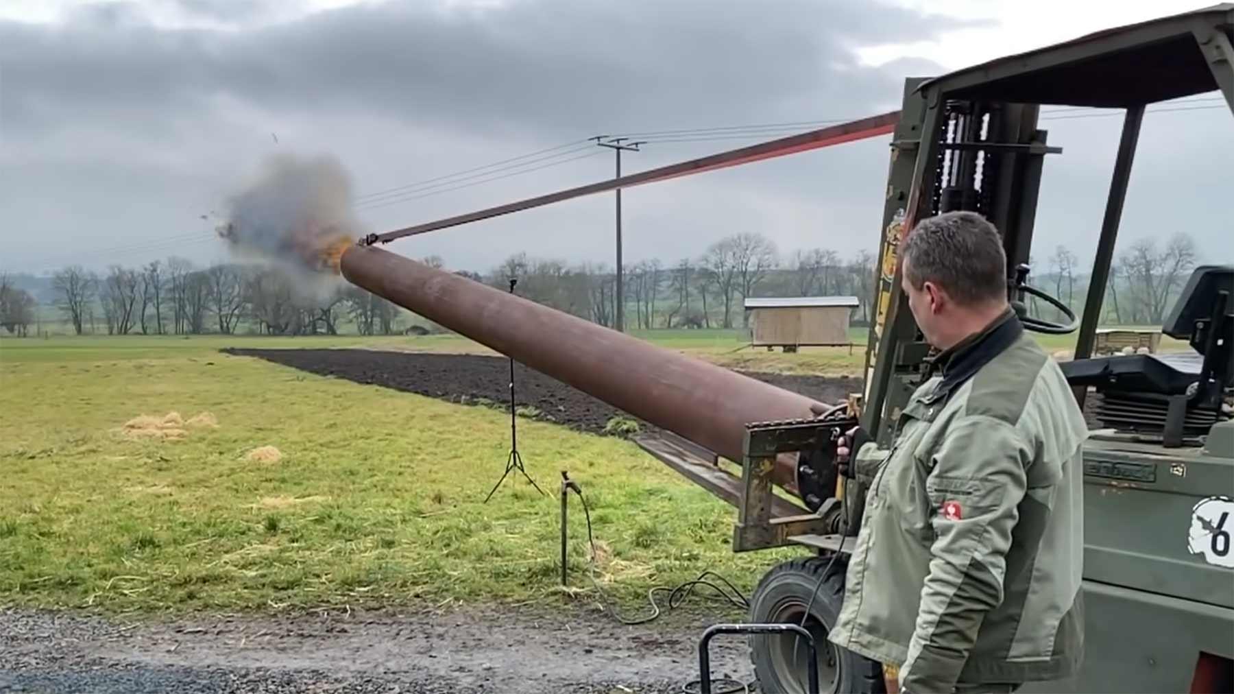 Diese Kanone schießt mit Weihnachtsbäumen