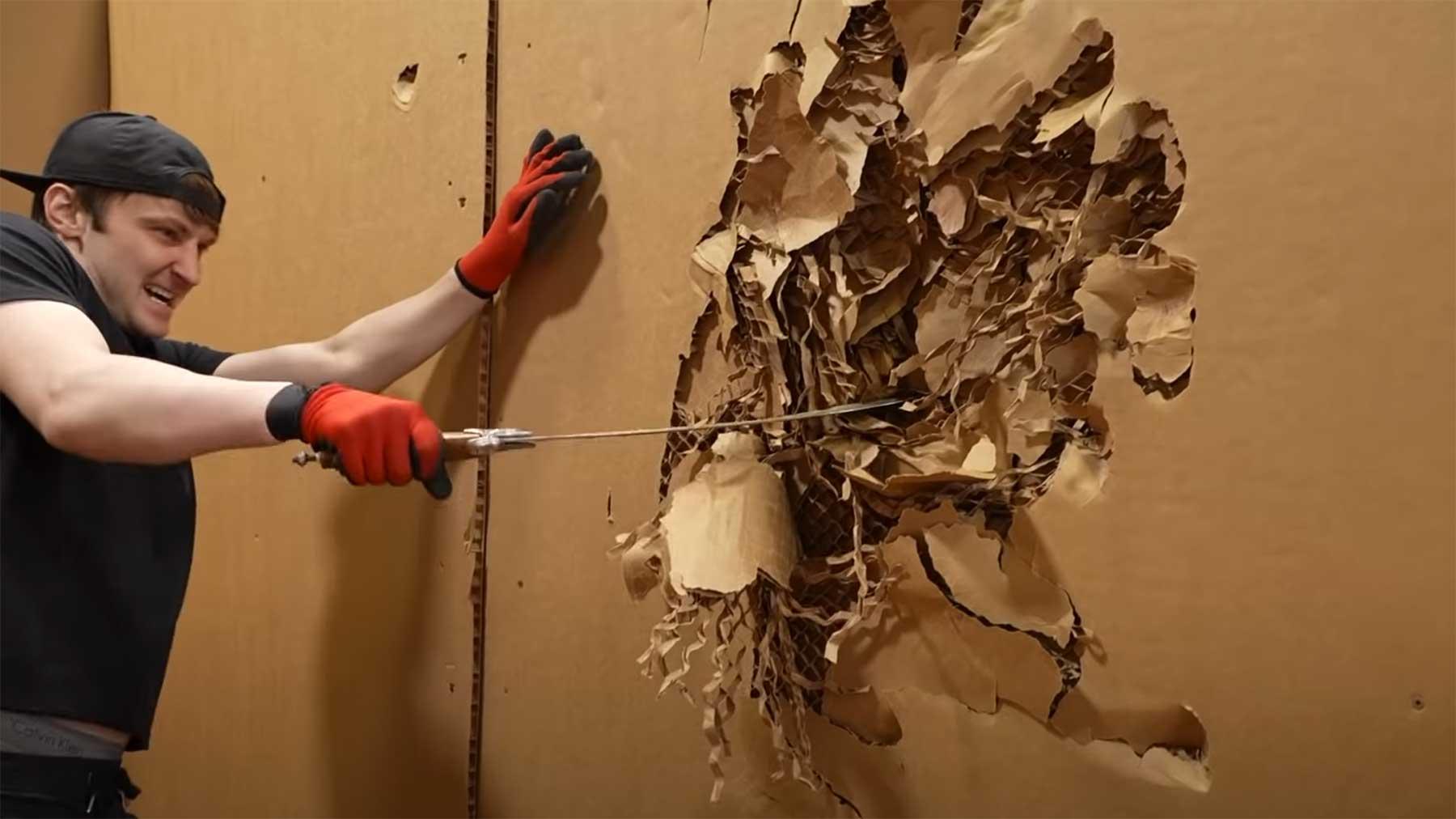 Durch eine Wand aus 100 Pappen durchbrechen