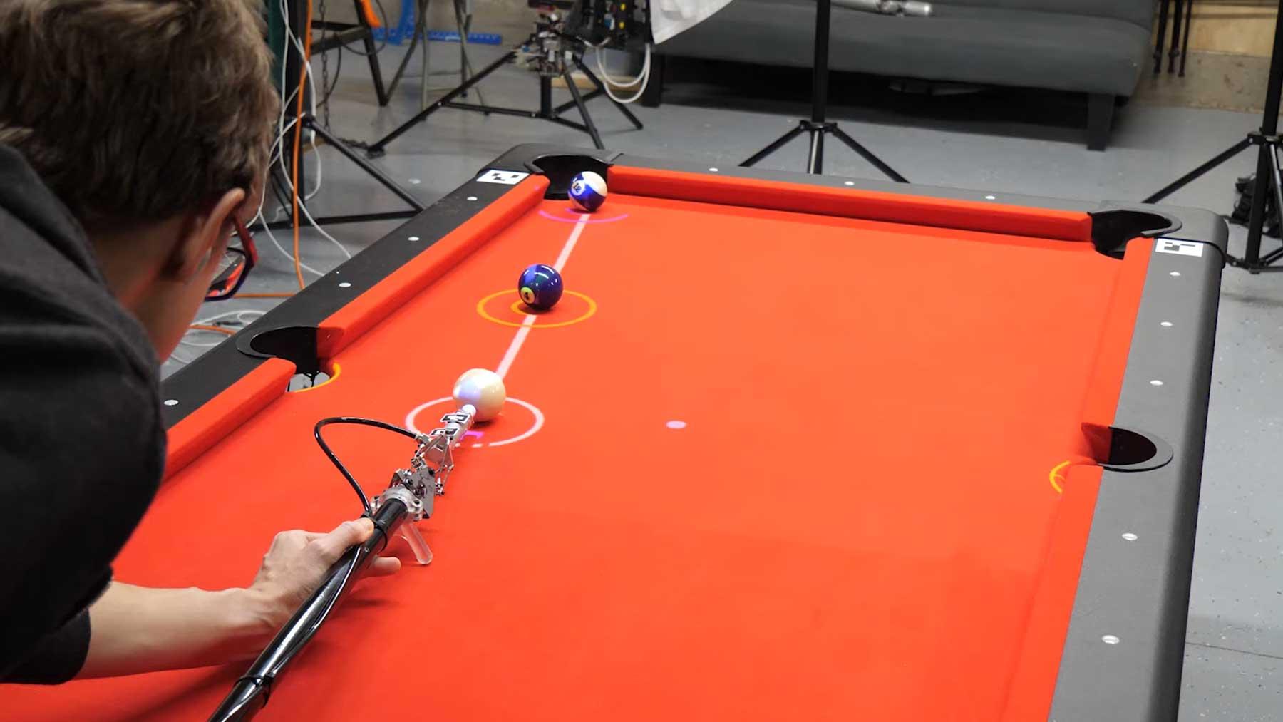 Dieser Billard-Queue berechnet automatisch den optimalen Stoß
