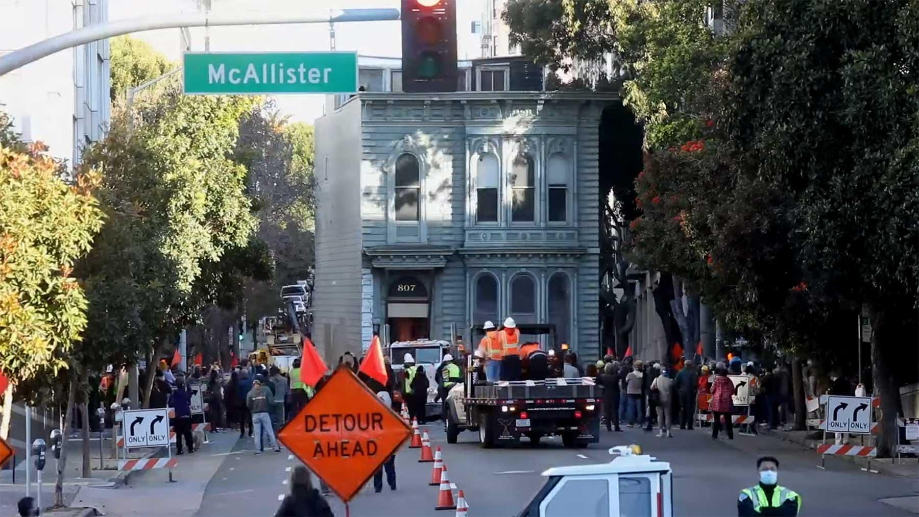 139 Jahre altes viktorianisches Haus wird durch die Straßen San Franciscos gefahren