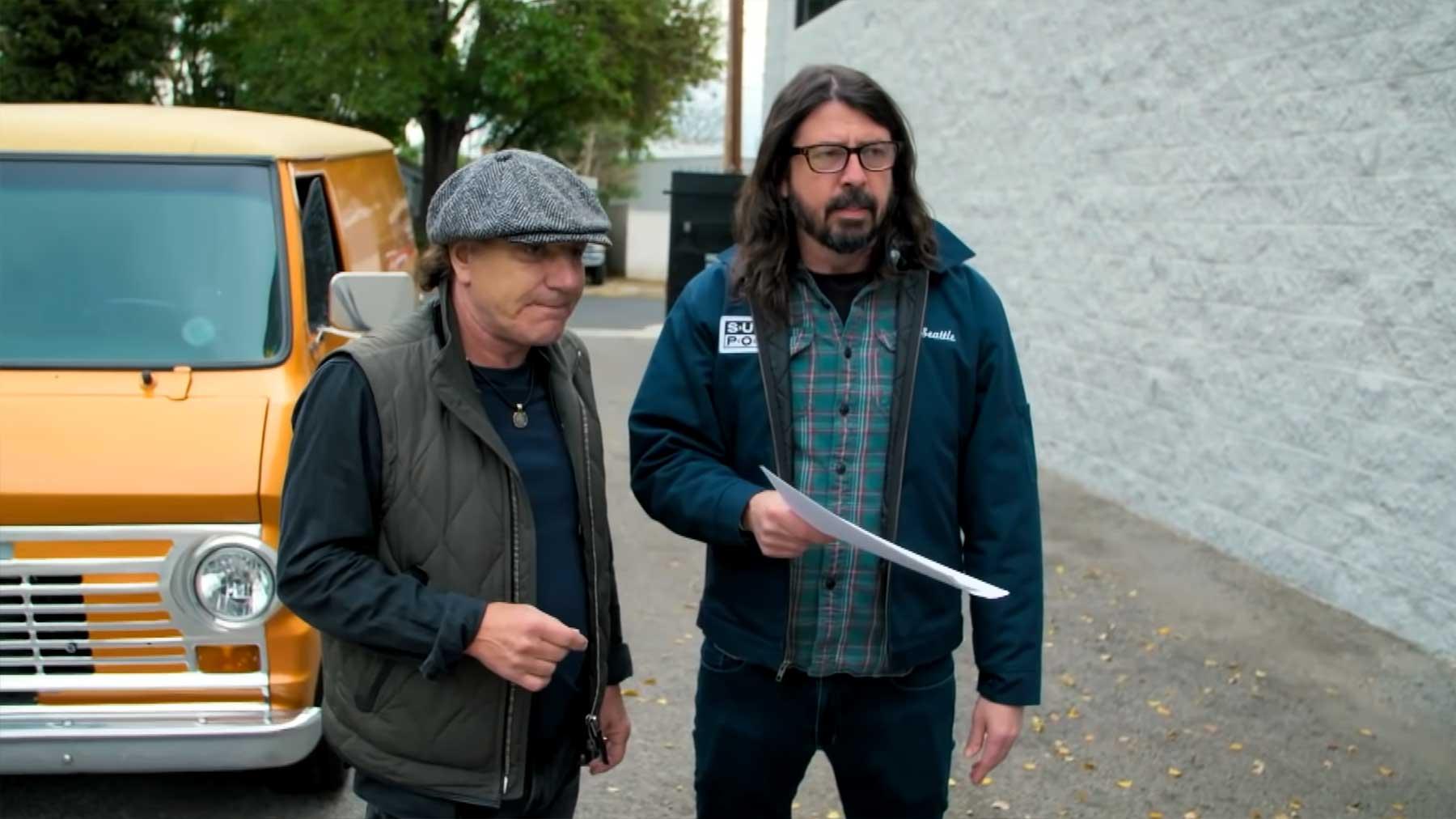 Dave Grohl und Brian Johnson hängen zusammen ab