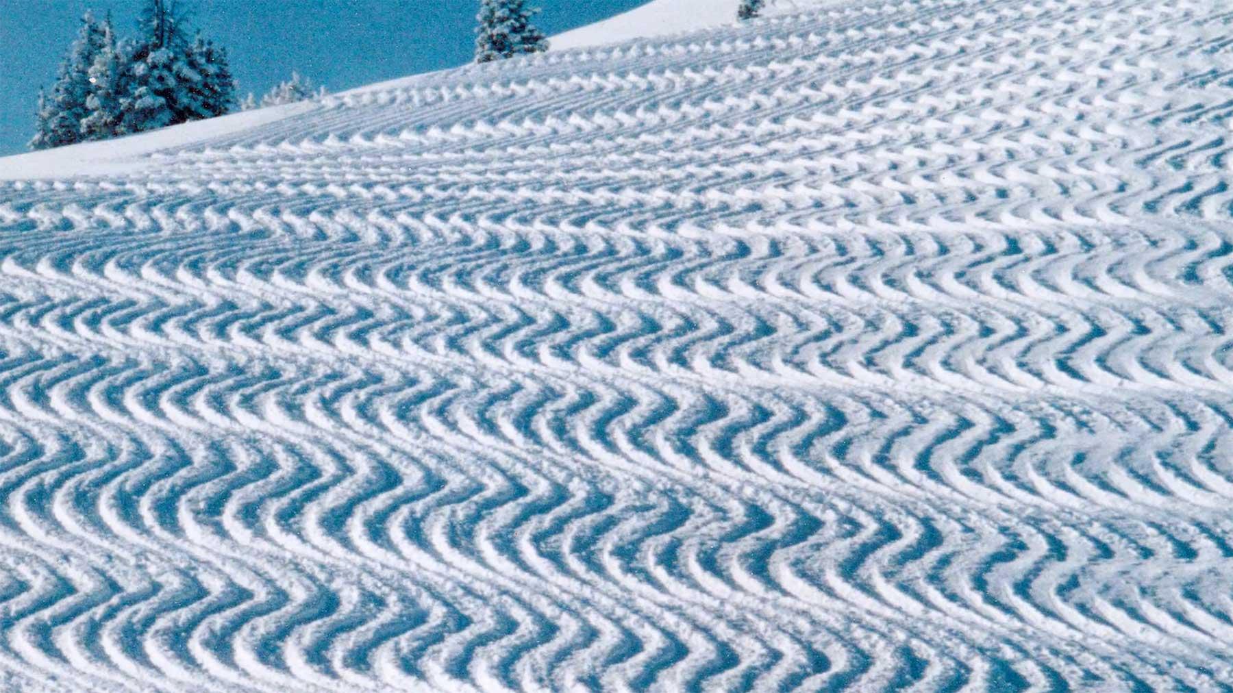 Dave Van Dame fährt mit seinen Ski gigantische Muster in den Schnee